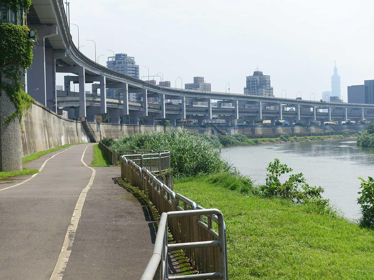 台北一周自転車道「南湖左岸河濱公園」横に伸びる高速道路