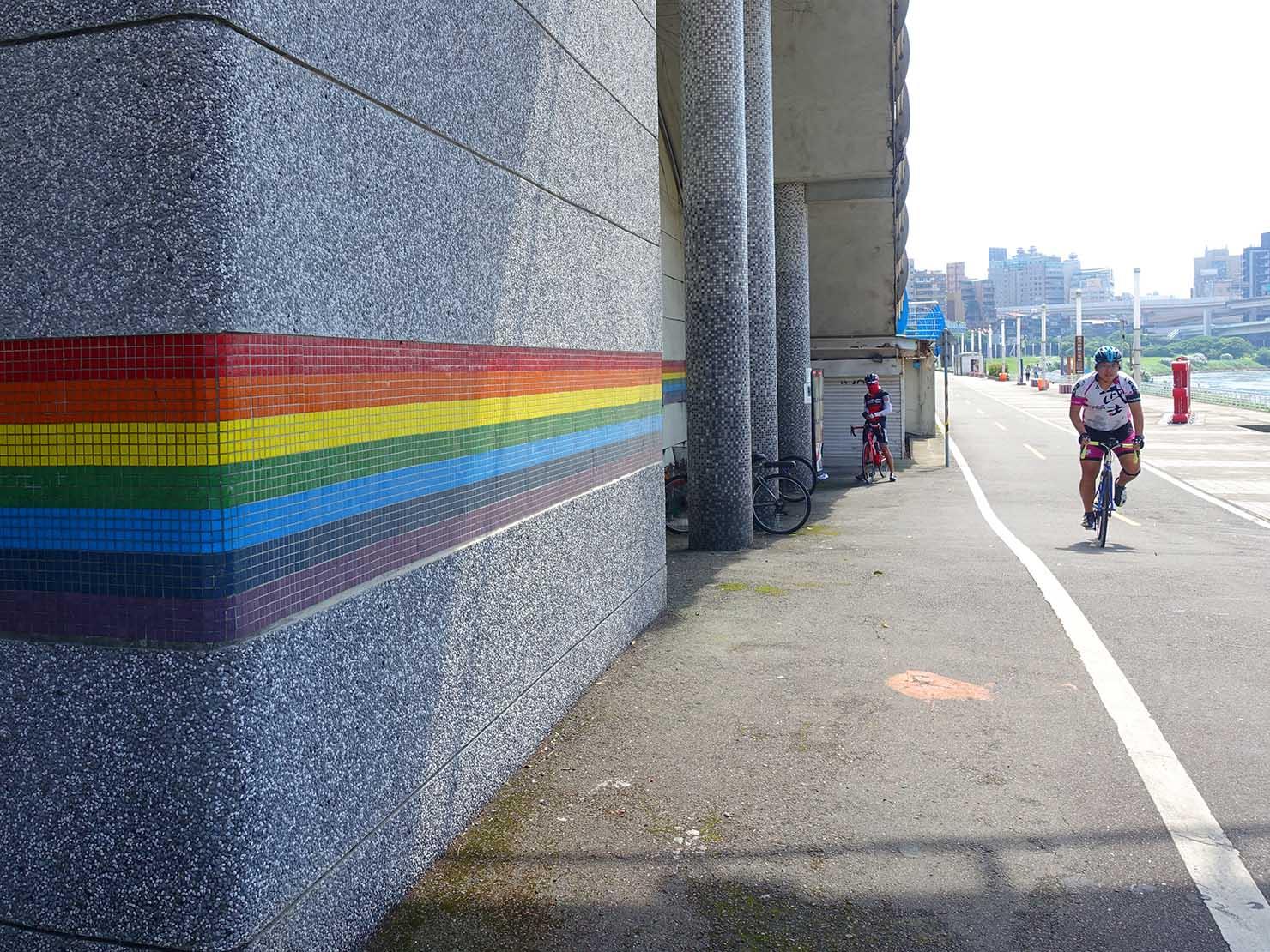 台北一周自転車道「彩虹橋」の柱に書かれた虹