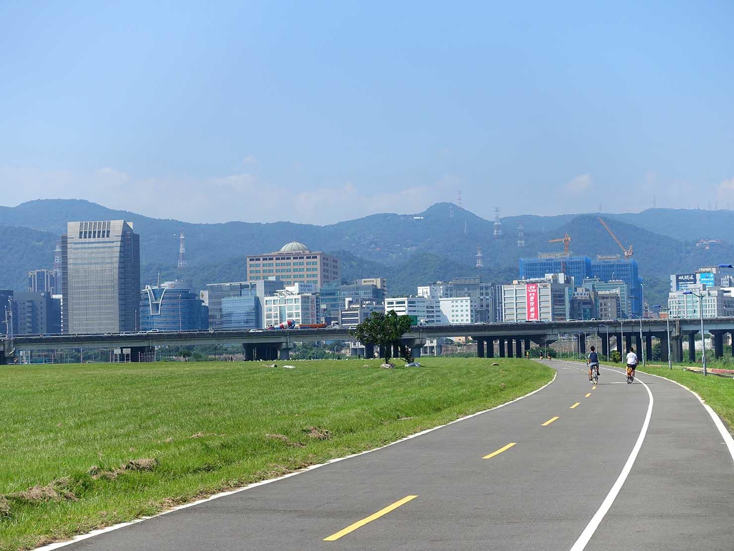 台北一周自転車道「觀山河濱公園」から見える內湖科學園區