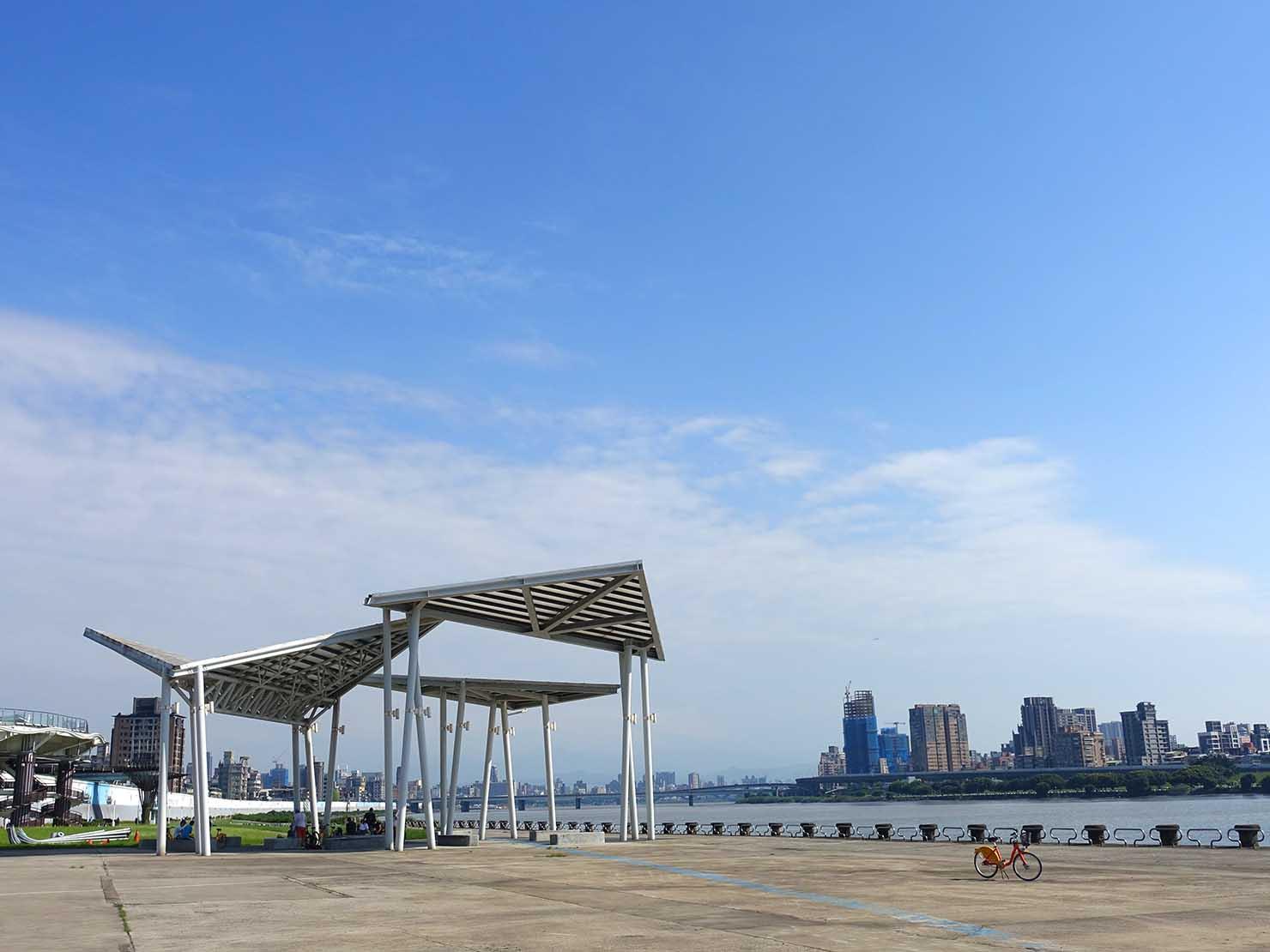 台北一周自転車道「淡水河自行車道」から望む空