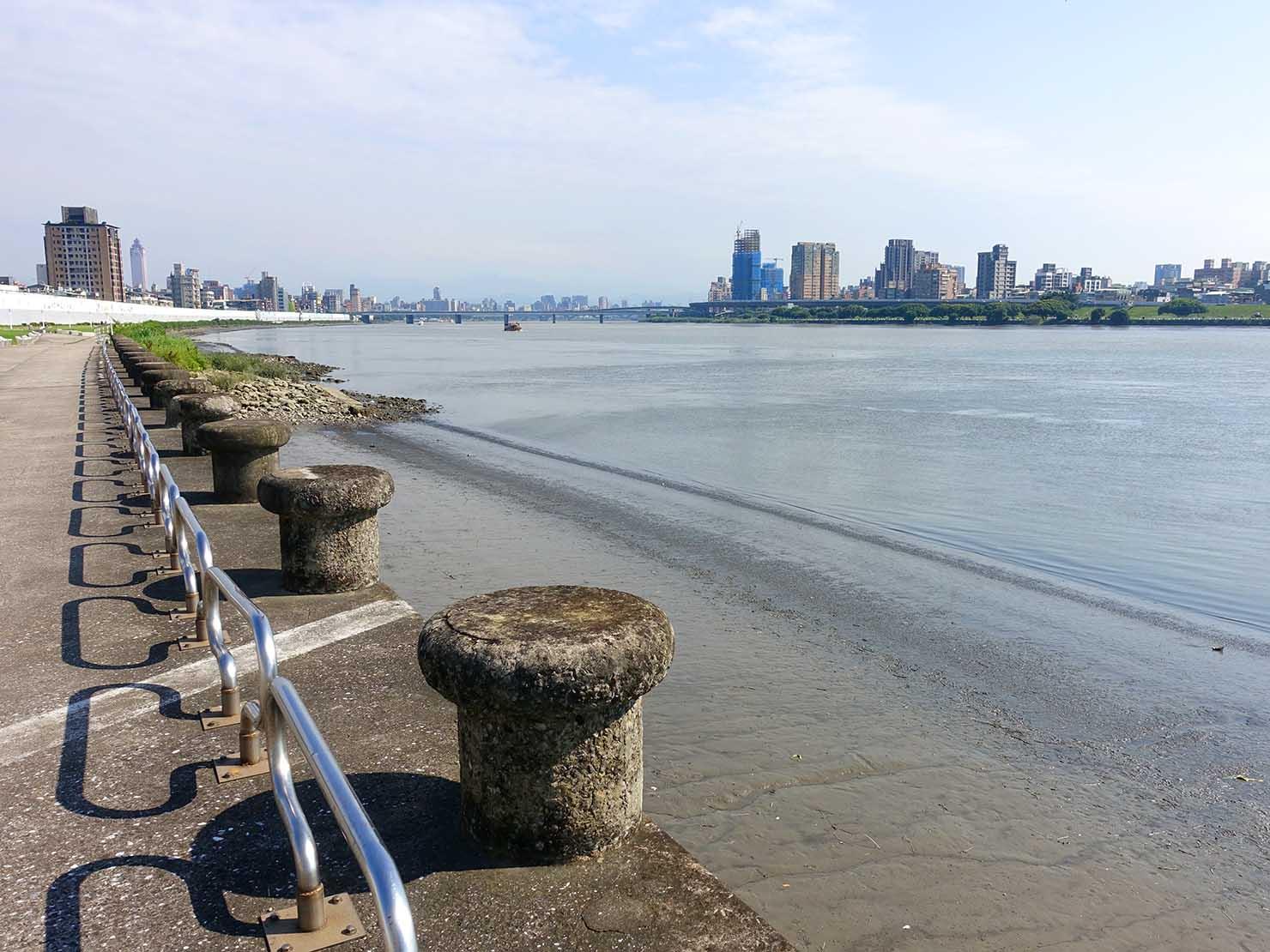 台北一周自転車道「淡水河自行車道」から望む淡水河