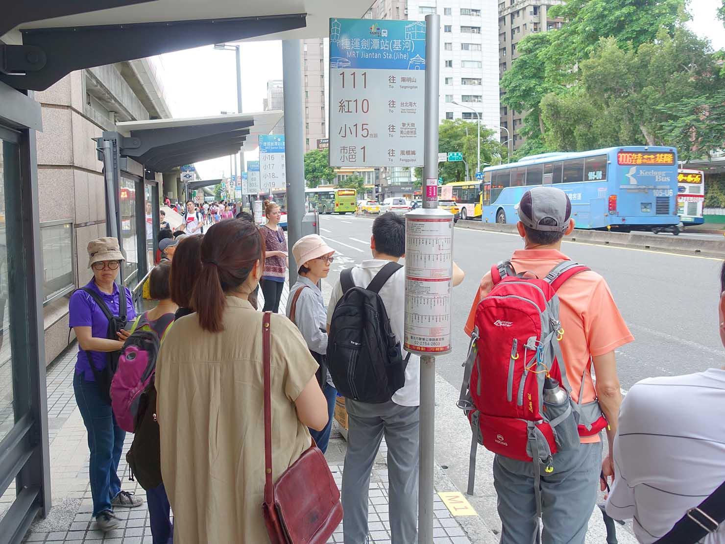 台北捷運・劍潭駅前のバス乗り場