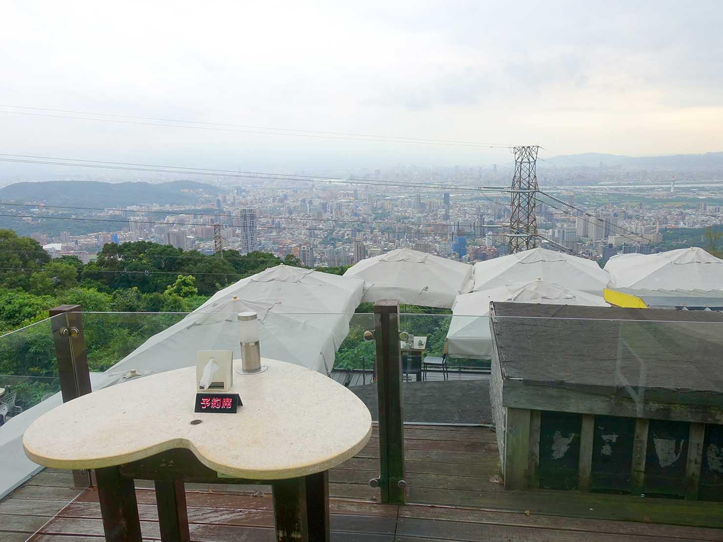 台北・陽明山のレストラン「草山夜未眠」ペアシートから望む景色