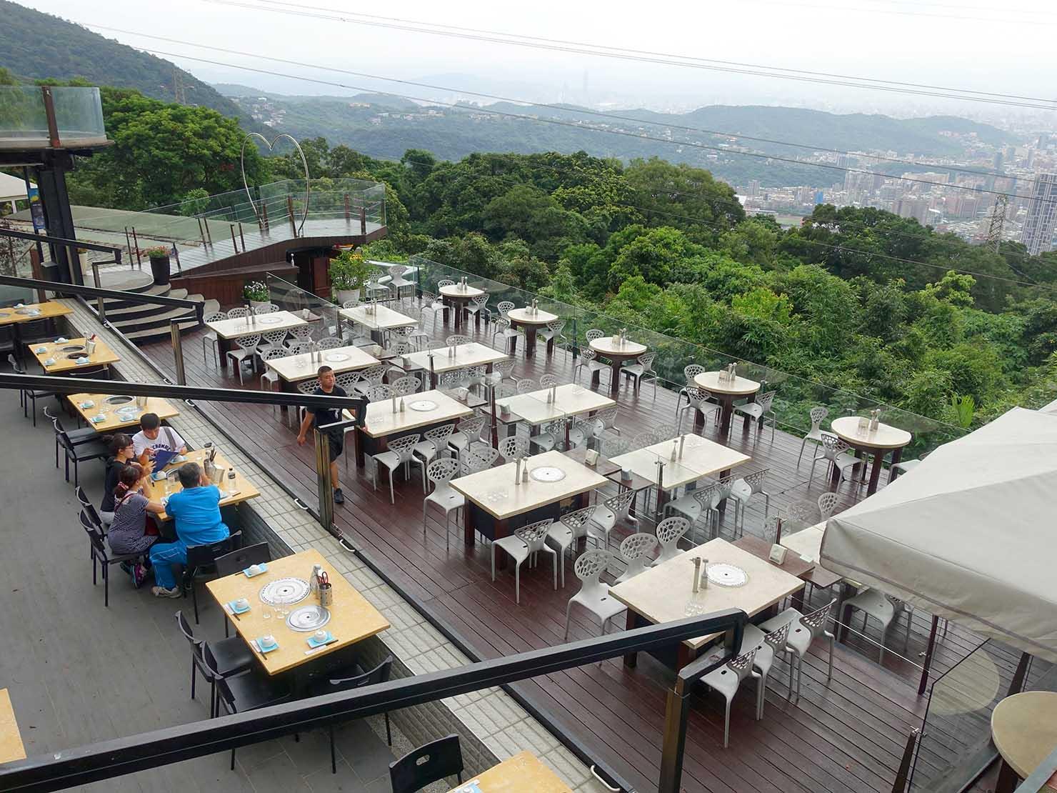 台北・陽明山のレストラン「草山夜未眠」から眺めるテーブル席
