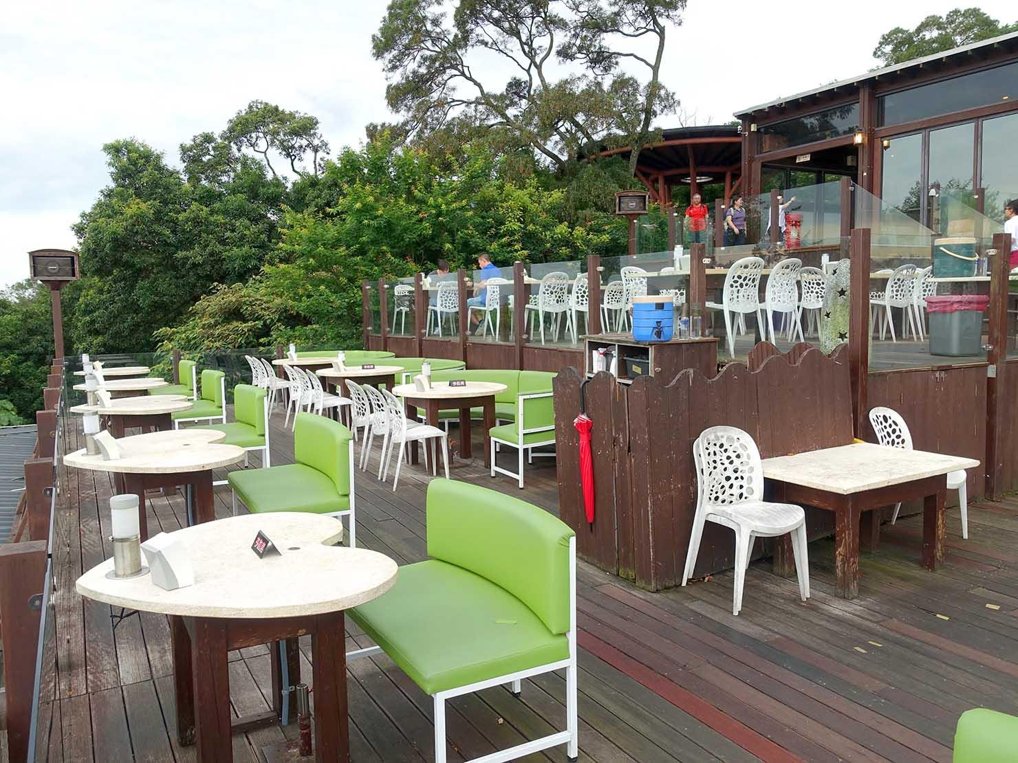 台北・陽明山のレストラン「草山夜未眠」のテーブル席