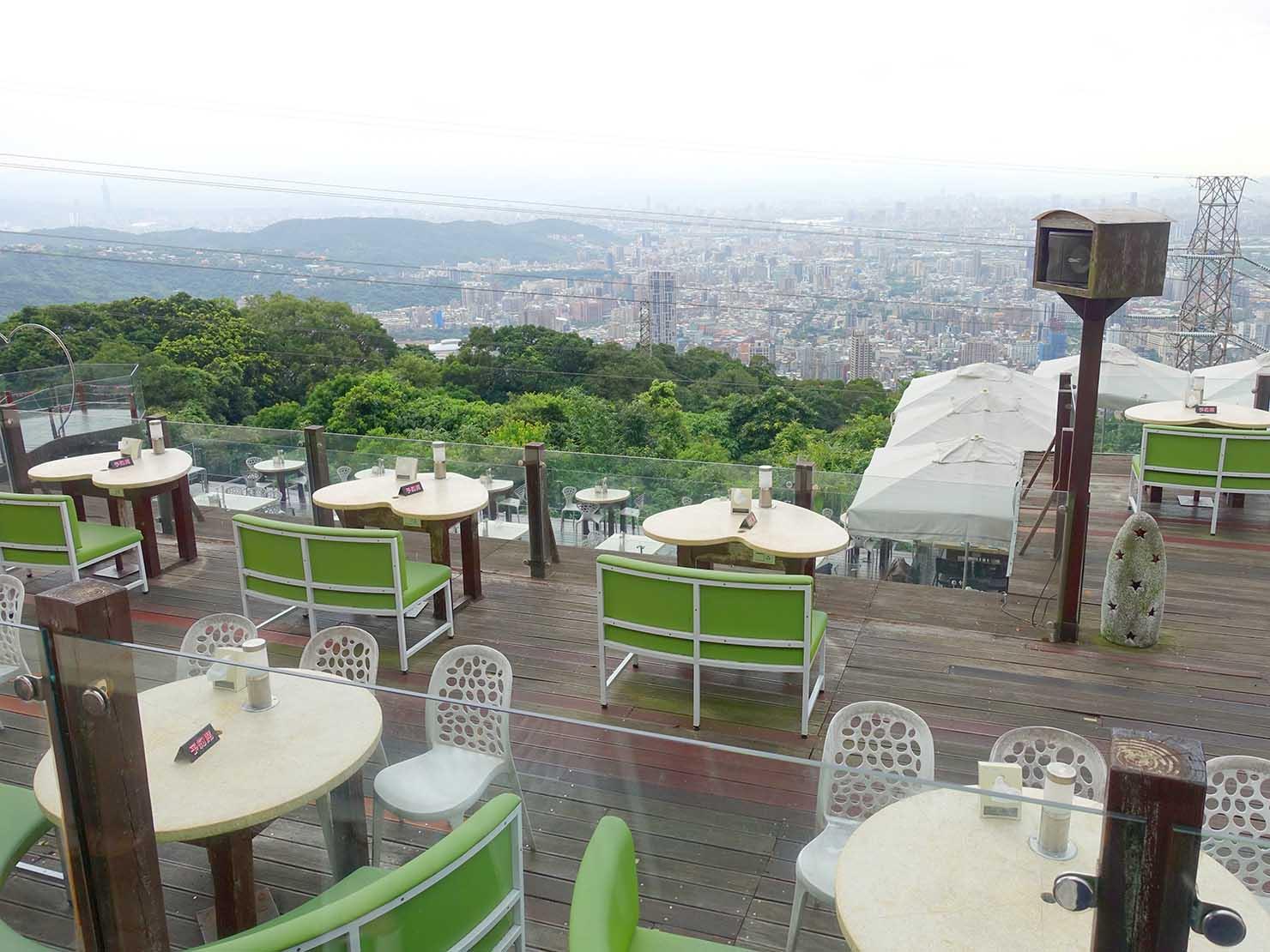 台北・陽明山のレストラン「草山夜未眠」のテーブル席から眺める景色