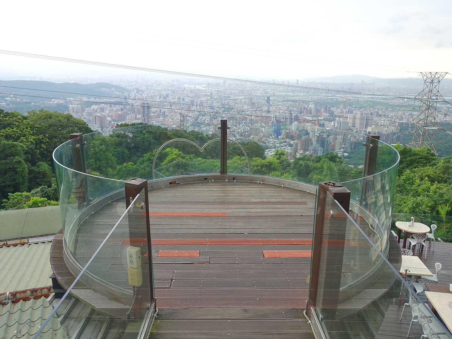 台北・陽明山のレストラン「草山夜未眠」の展望台
