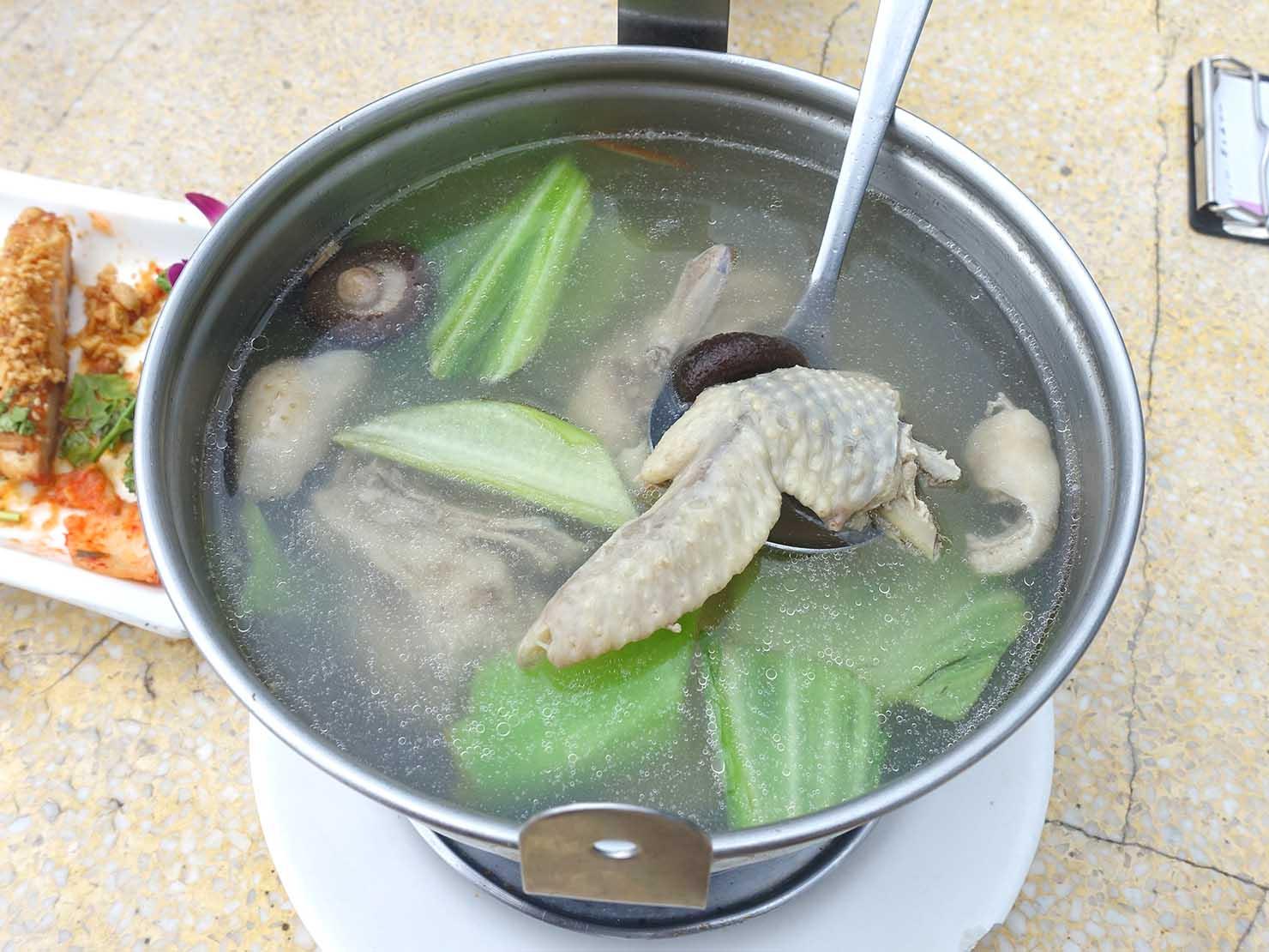 台北・陽明山のレストラン「草山夜未眠」の刈菜香菇雞湯
