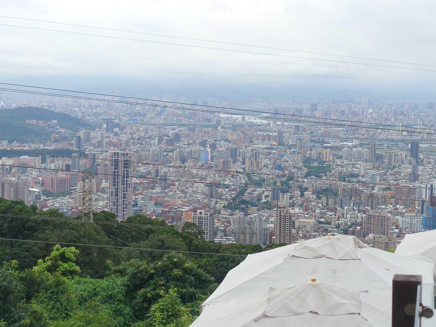 台北・陽明山のレストラン「草山夜未眠」から眺める台北の街
