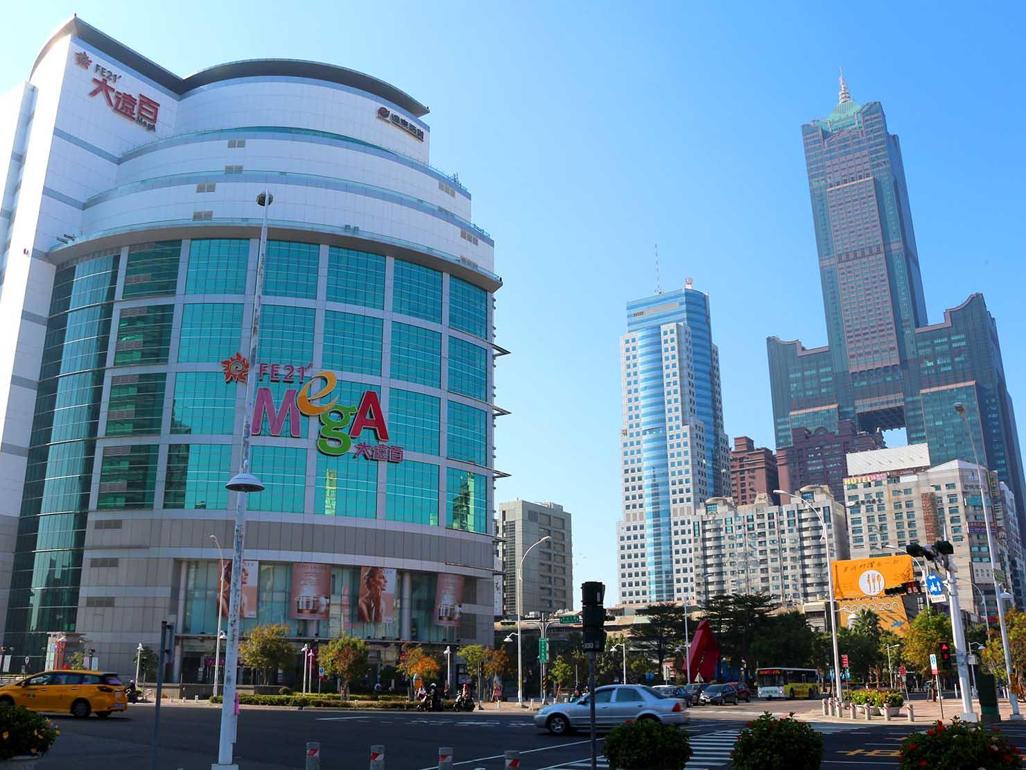 高雄のおすすめ観光スポット「三多商圈」駅前から眺める85大樓