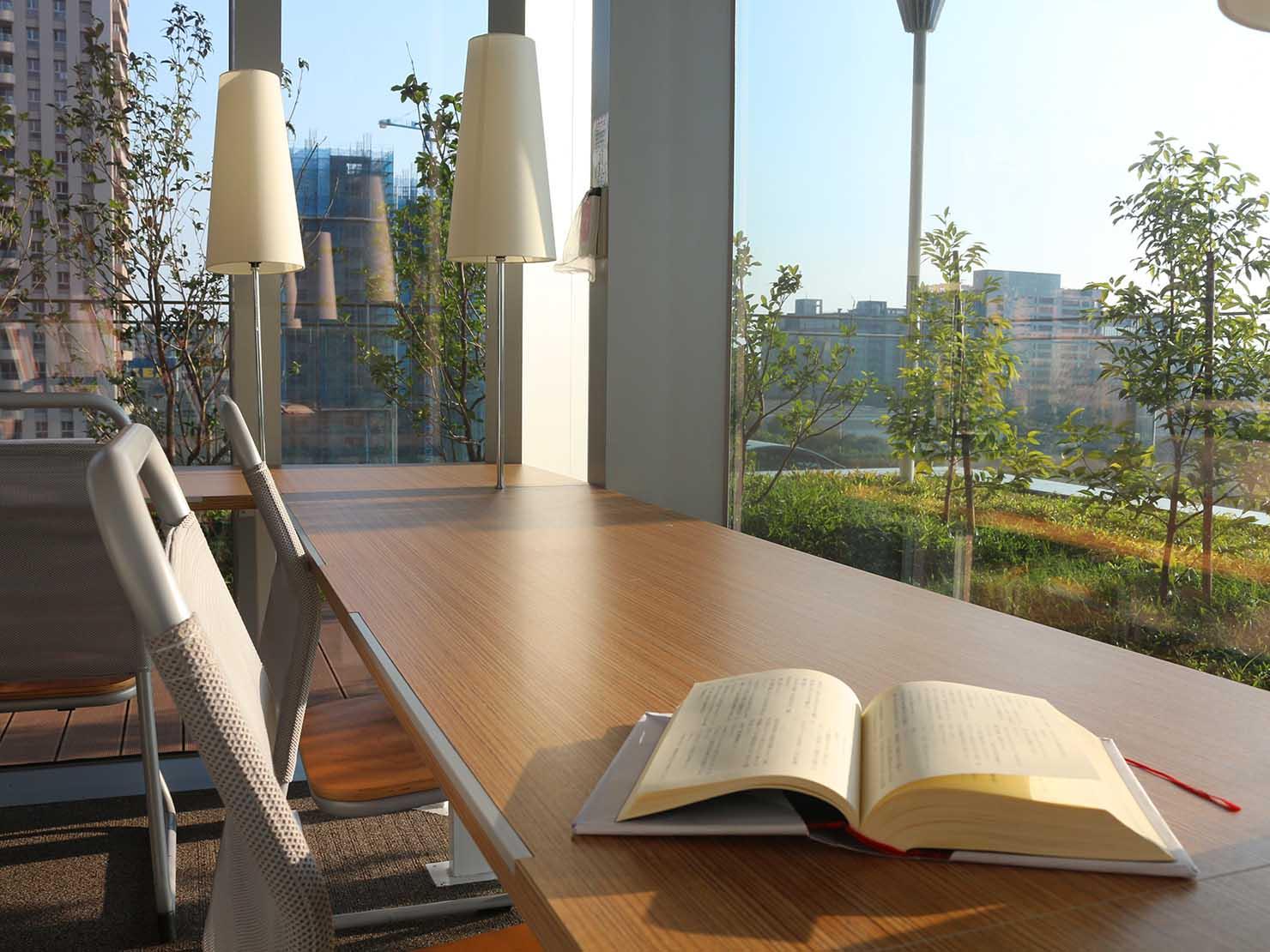 高雄のおすすめ観光スポット「三多商圈」高雄市立圖書館の館内