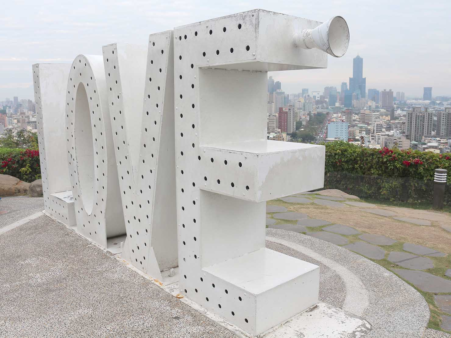 高雄のおすすめ観光スポット「西子灣」忠烈祠前の展望台