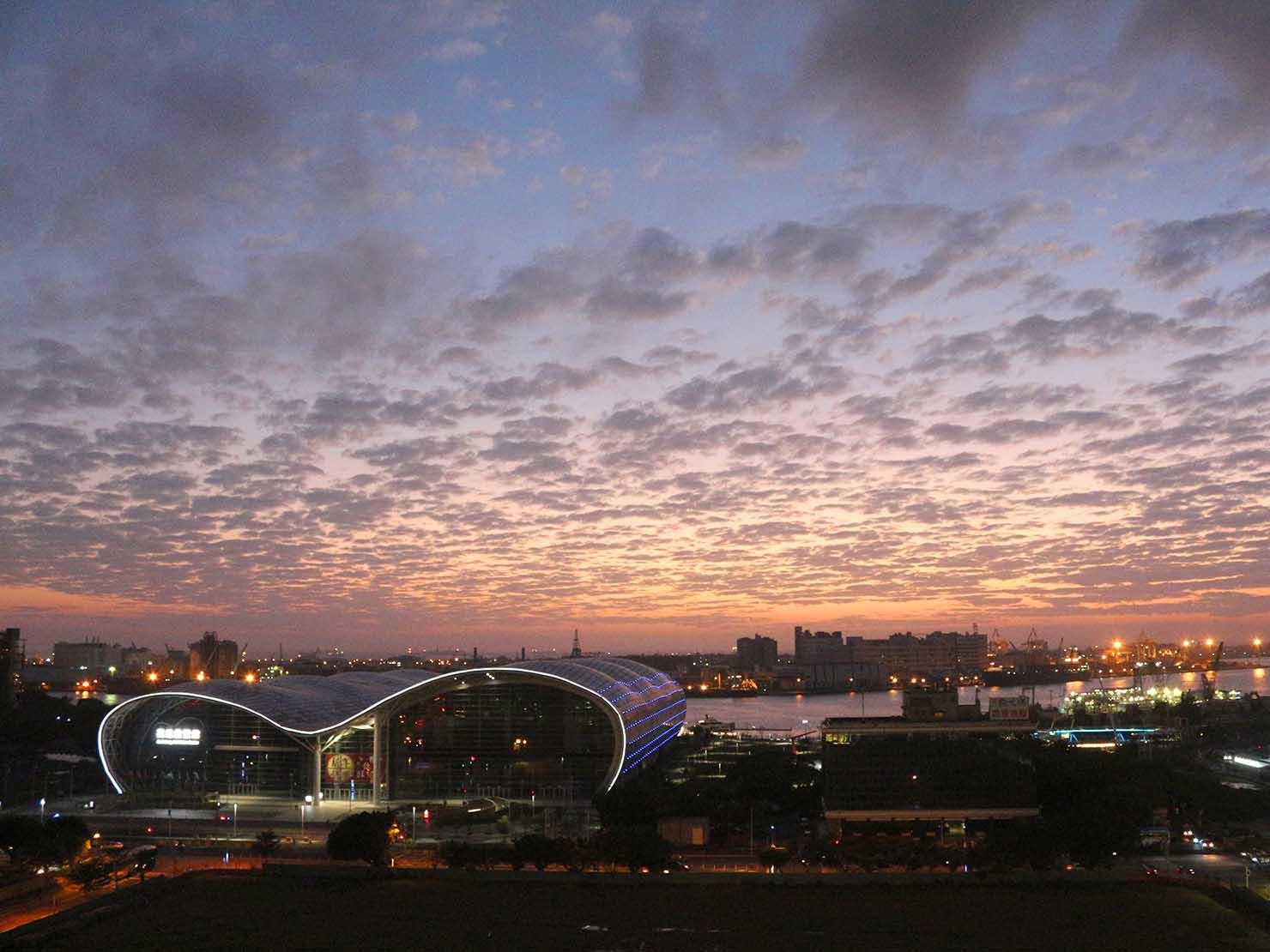 高雄のおすすめ観光スポット「三多商圈」高雄市立圖書館の屋上から眺める港