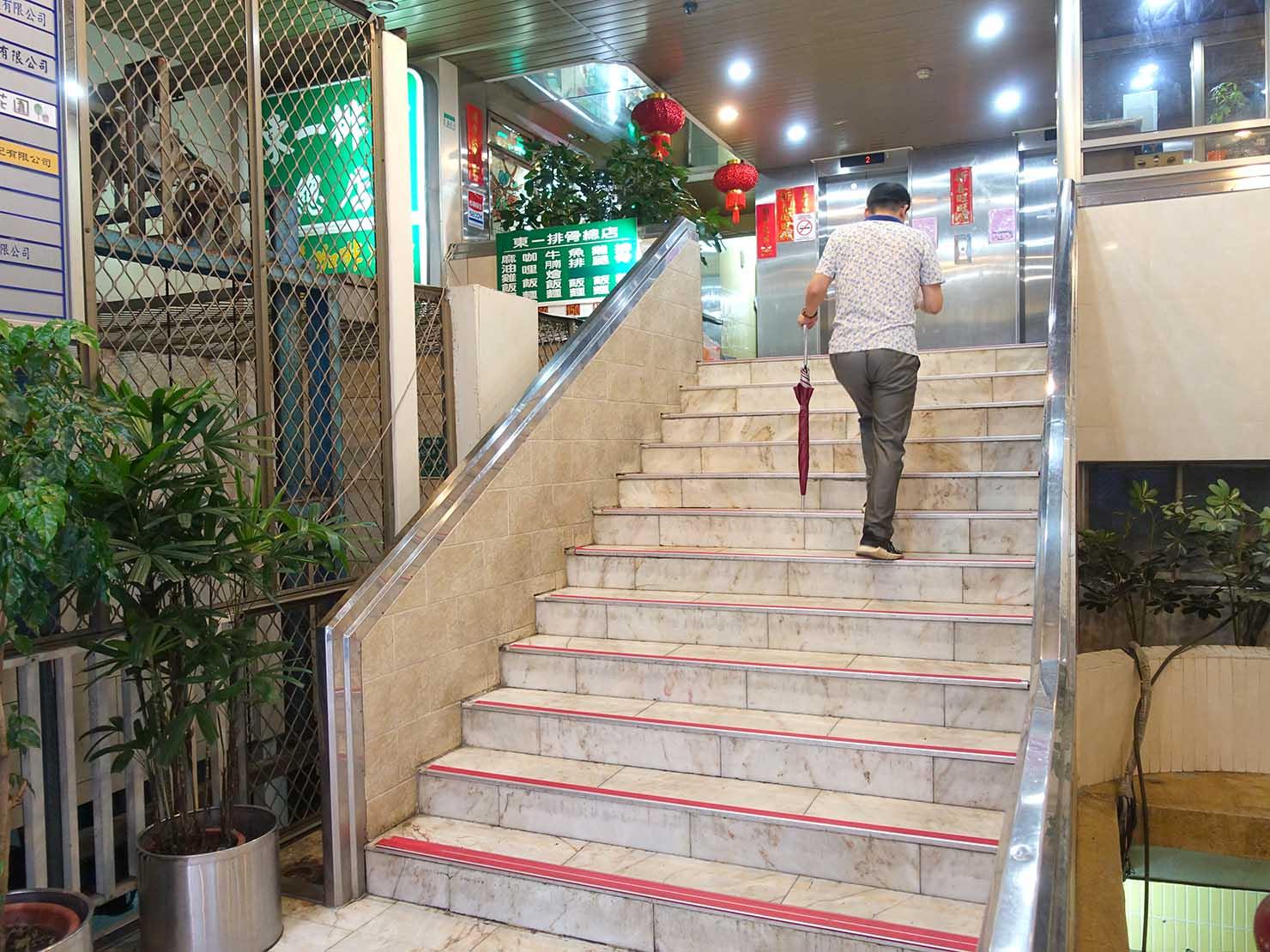 台北・西門町にある排骨飯の老舗「東一排骨總店」エントランスの階段