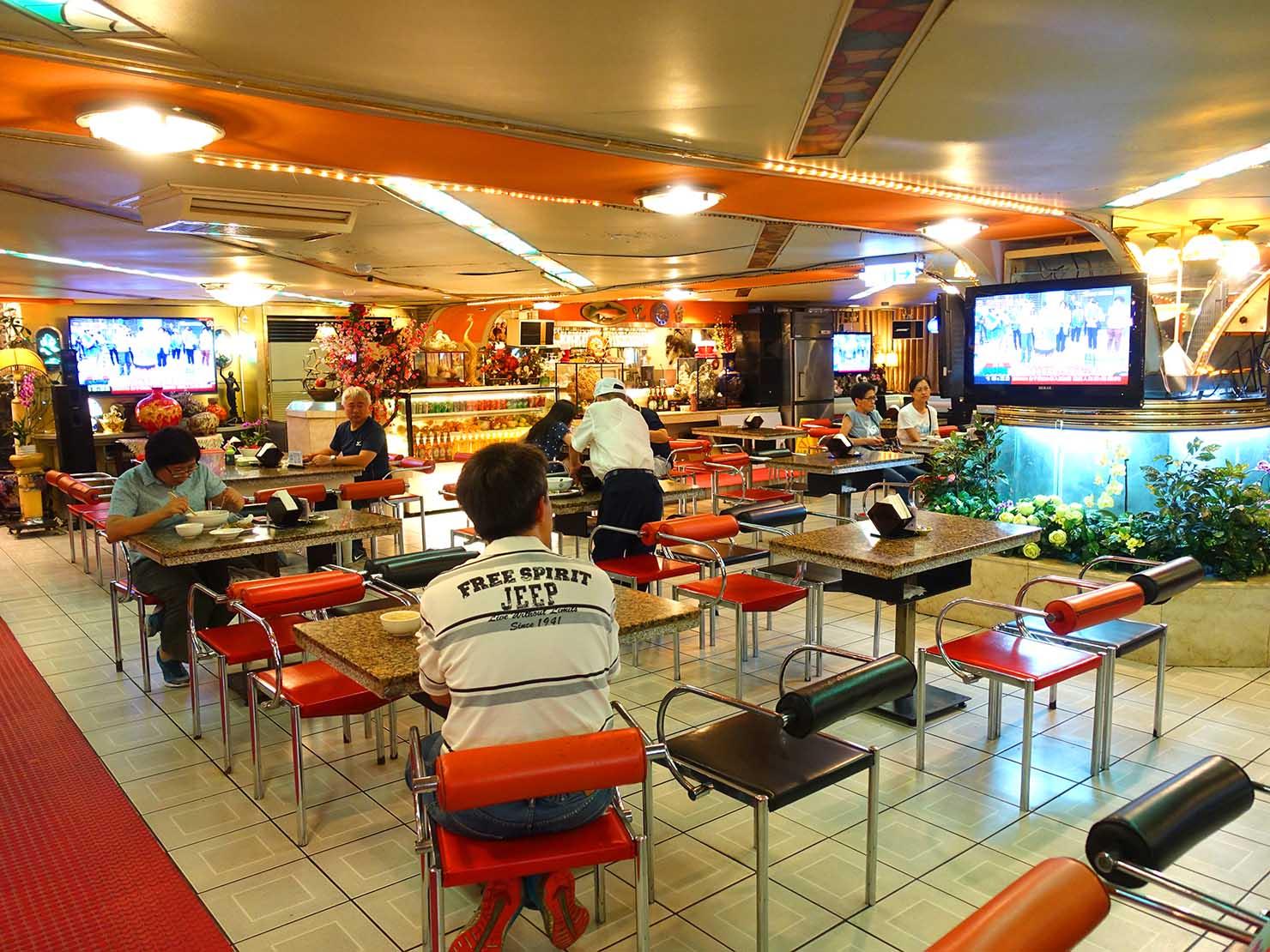 台北・西門町にある排骨飯の老舗「東一排骨總店」エントランスから見る店内