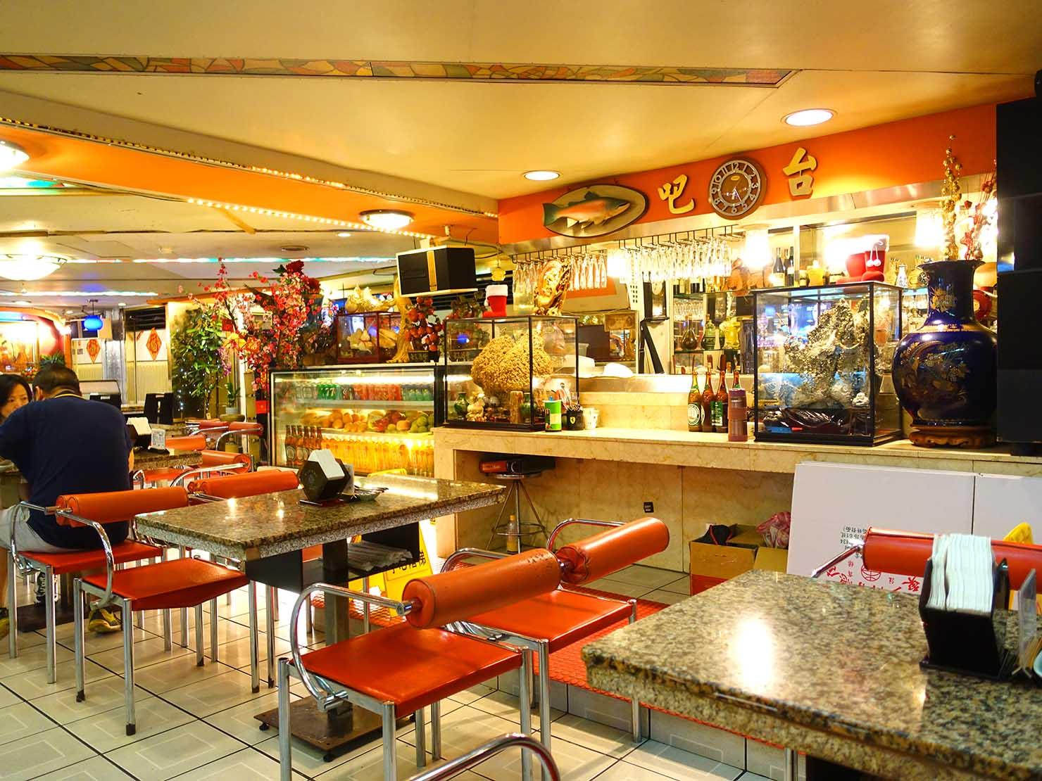 台北・西門町にある排骨飯の老舗「東一排骨總店」のバーカウンター