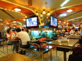 台北・西門町にある排骨飯の老舗「東一排骨總店」テーブル席から見る店内