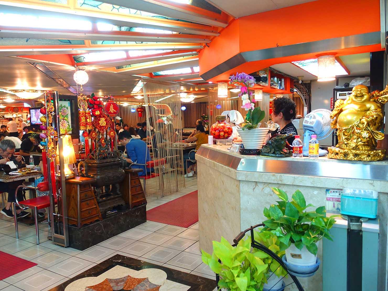 台北・西門町にある排骨飯の老舗「東一排骨總店」のカウンター