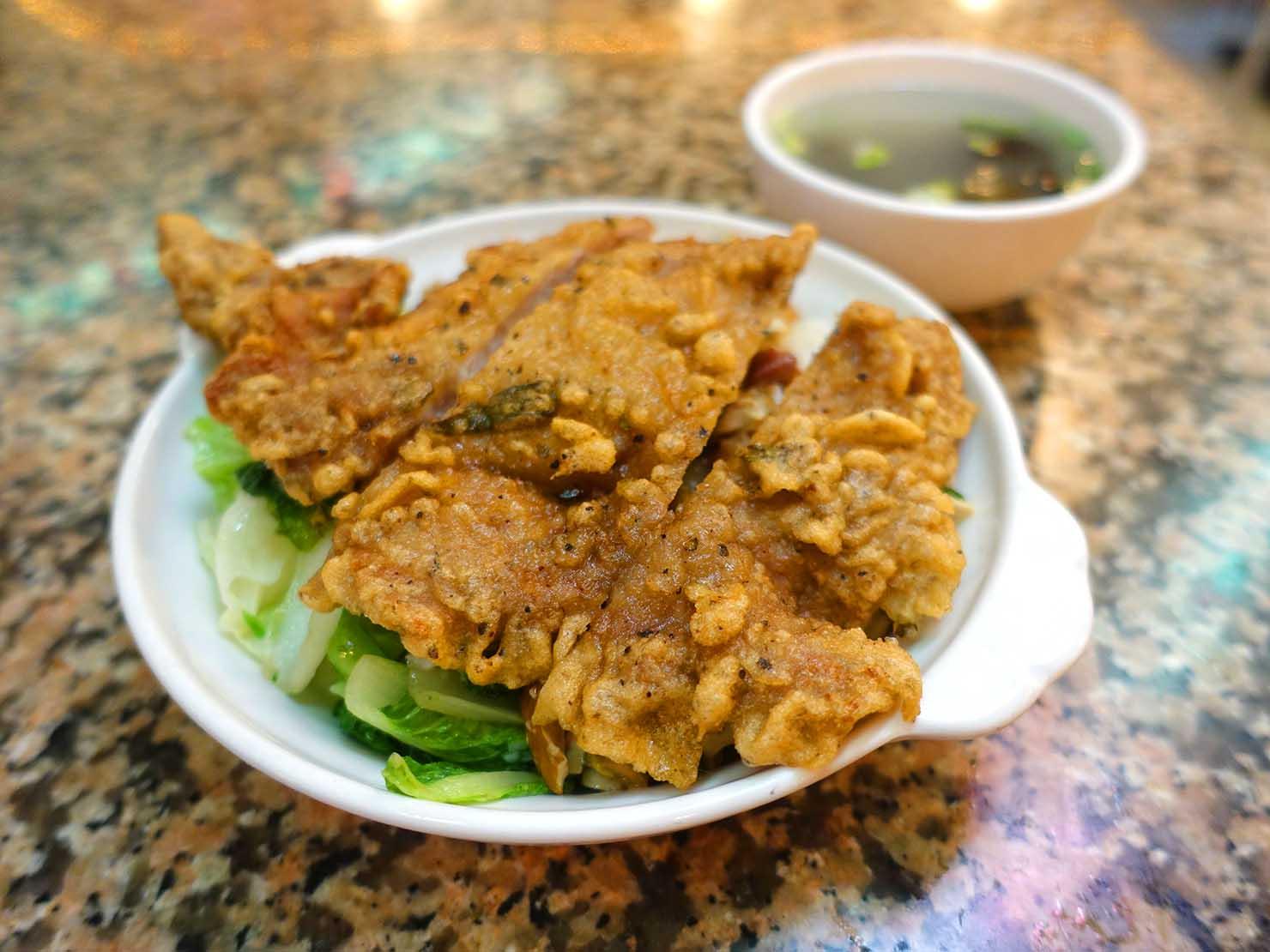 台北・西門町にある排骨飯の老舗「東一排骨總店」の排骨飯(パイグーファン)