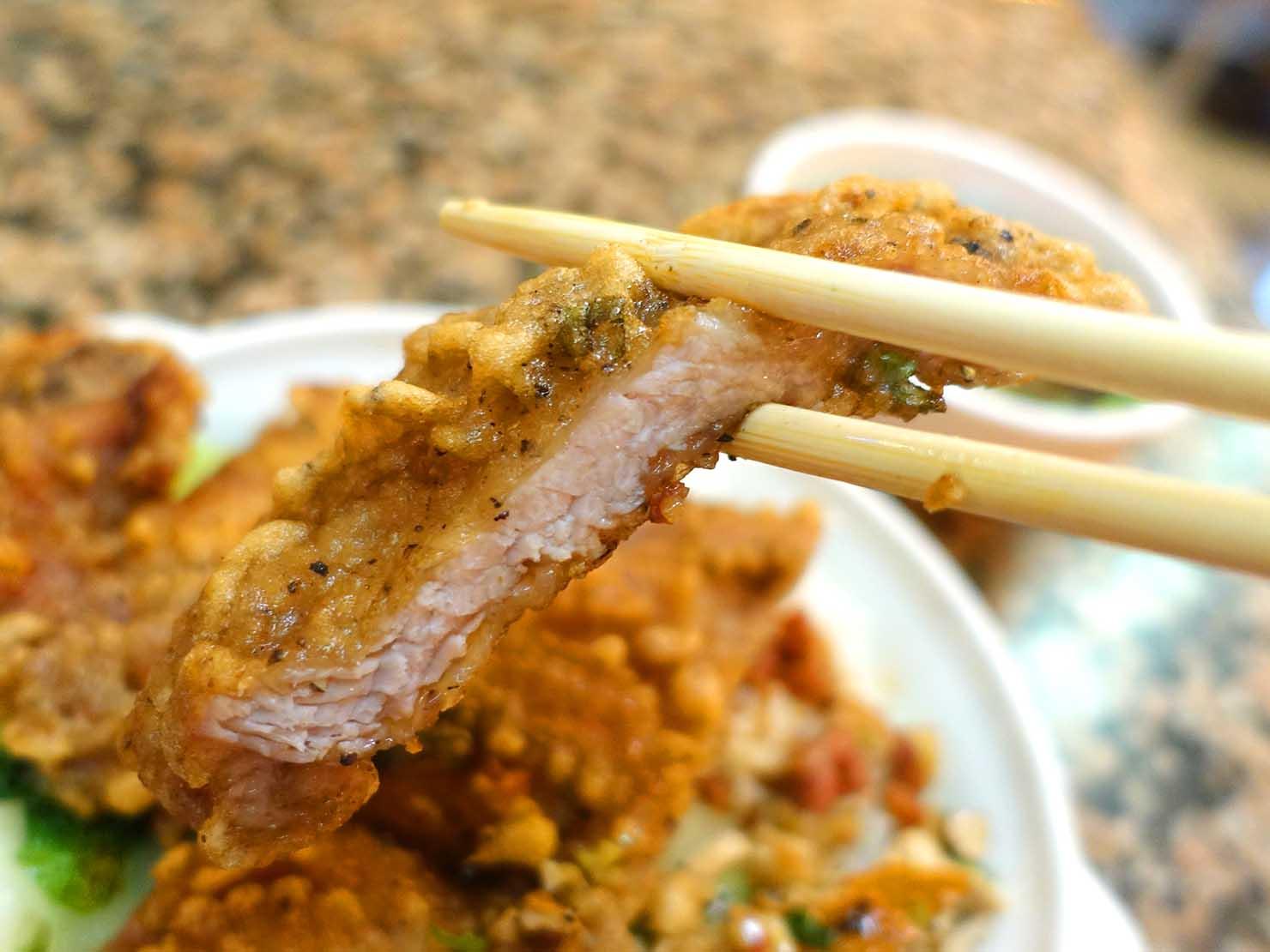 台北・西門町にある排骨飯の老舗「東一排骨總店」の排骨飯(パイグーファン)排骨クローズアップ