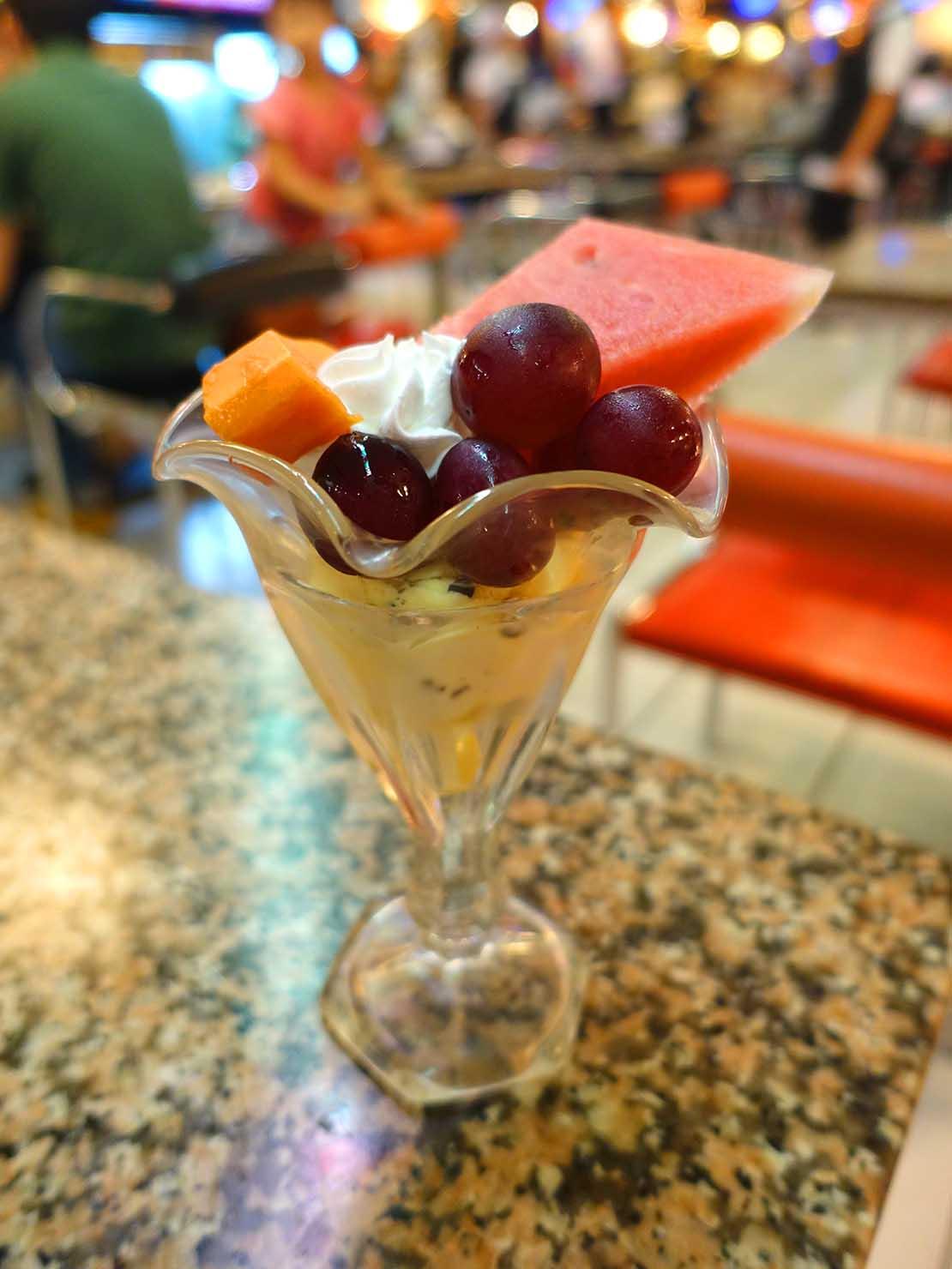 台北・西門町にある排骨飯の老舗「東一排骨總店」の水果聖代(フルーツサンデー)