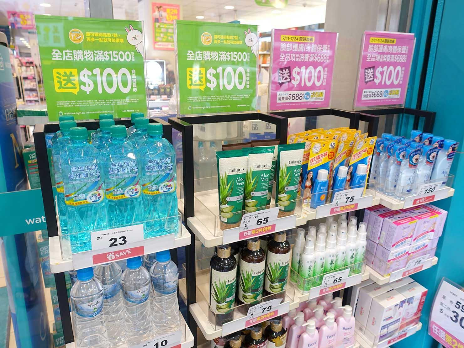 台湾のドラッグストアの軒先に並ぶ商品