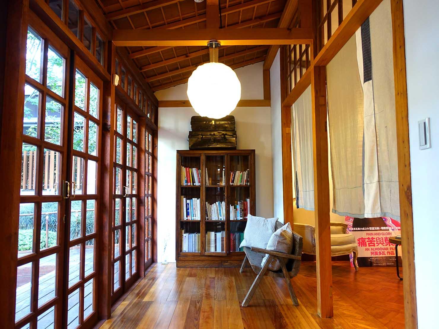 台北の街に佇む日本式古民家の図書館「文房 Chapter」の縁側に置かれた本棚