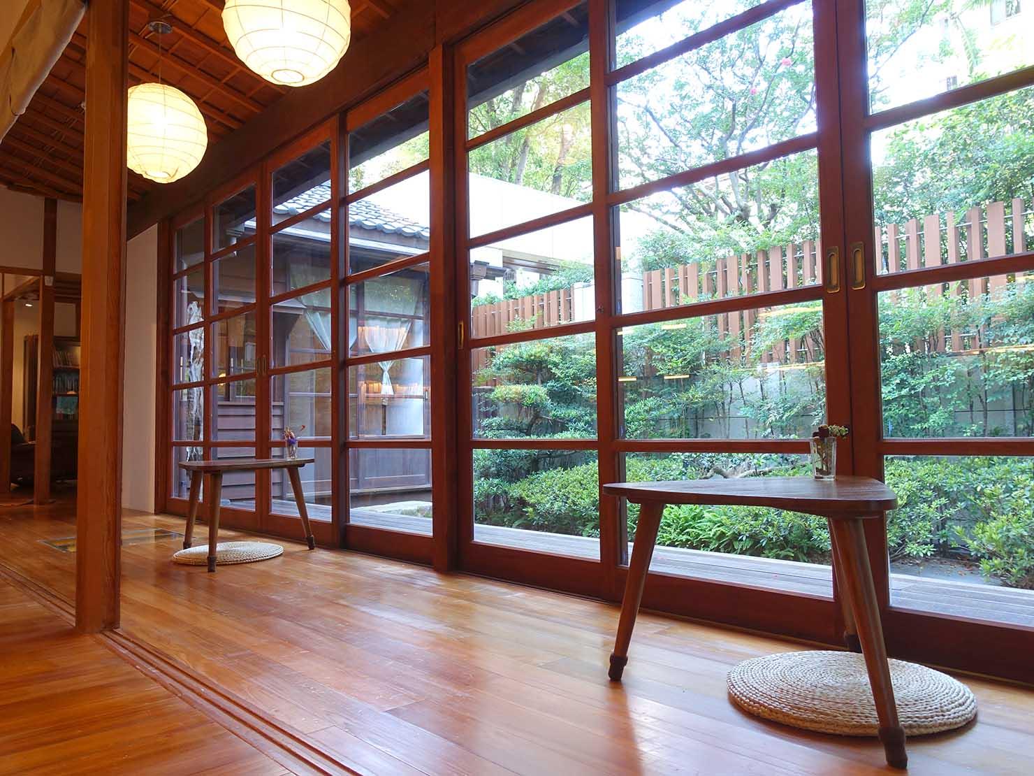 台北の街に佇む日本式古民家の図書館「文房 Chapter」の縁側