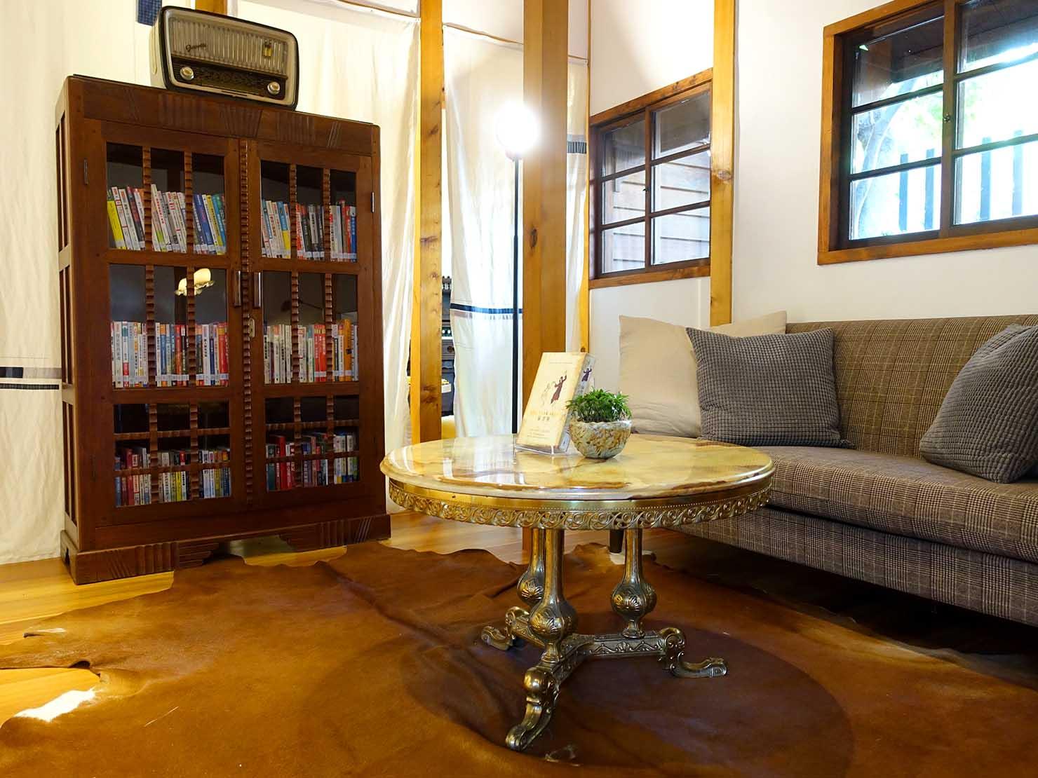 台北の街に佇む日本式古民家の図書館「文房 Chapter」のソファ席