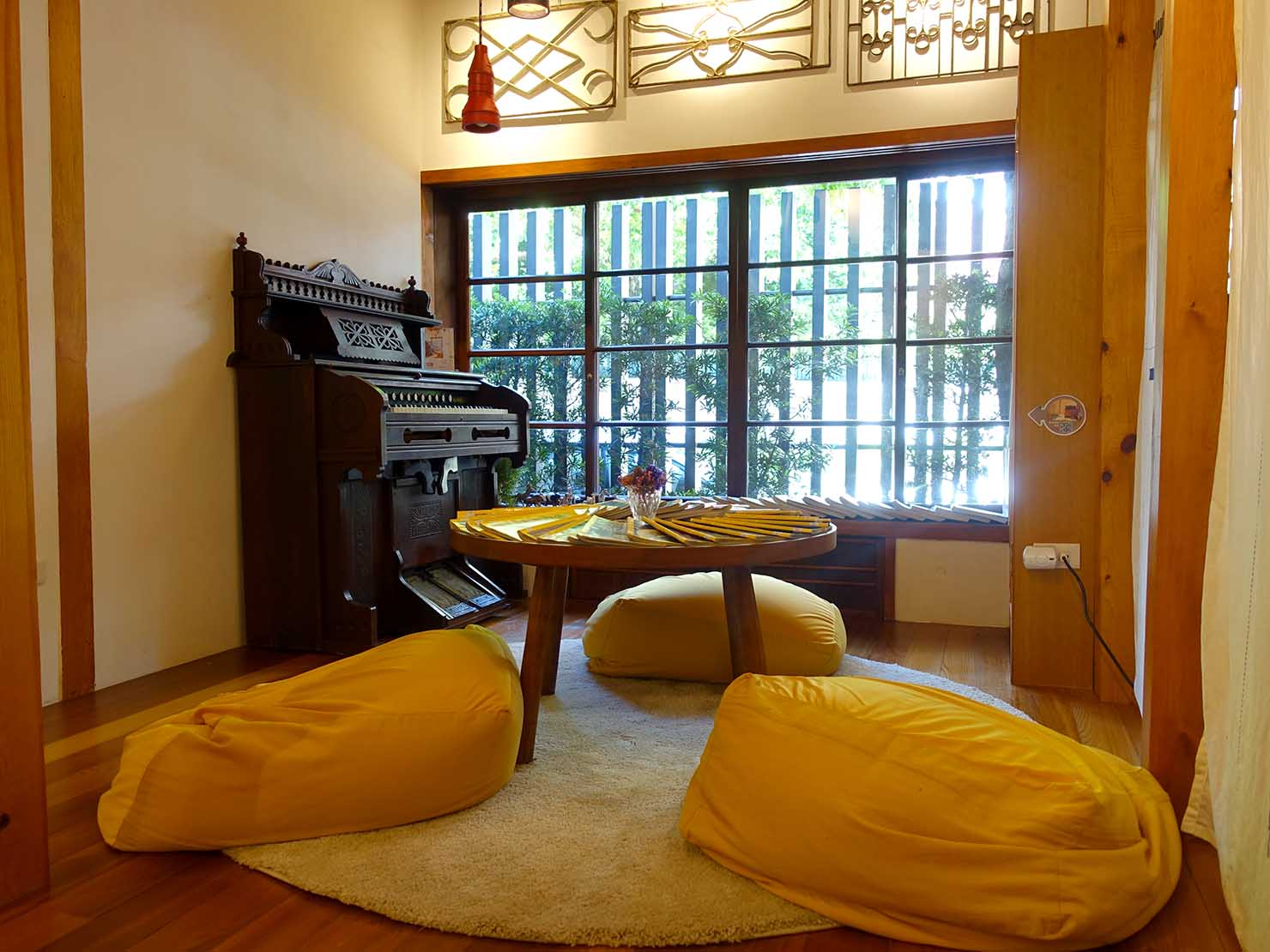 台北の街に佇む日本式古民家の図書館「文房 Chapter」のちゃぶ台のある部屋