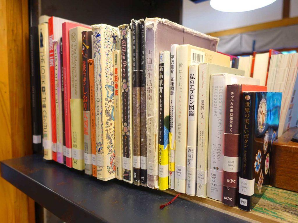台北の街に佇む日本式古民家の図書館「文房 Chapter」に並ぶ日本語の本