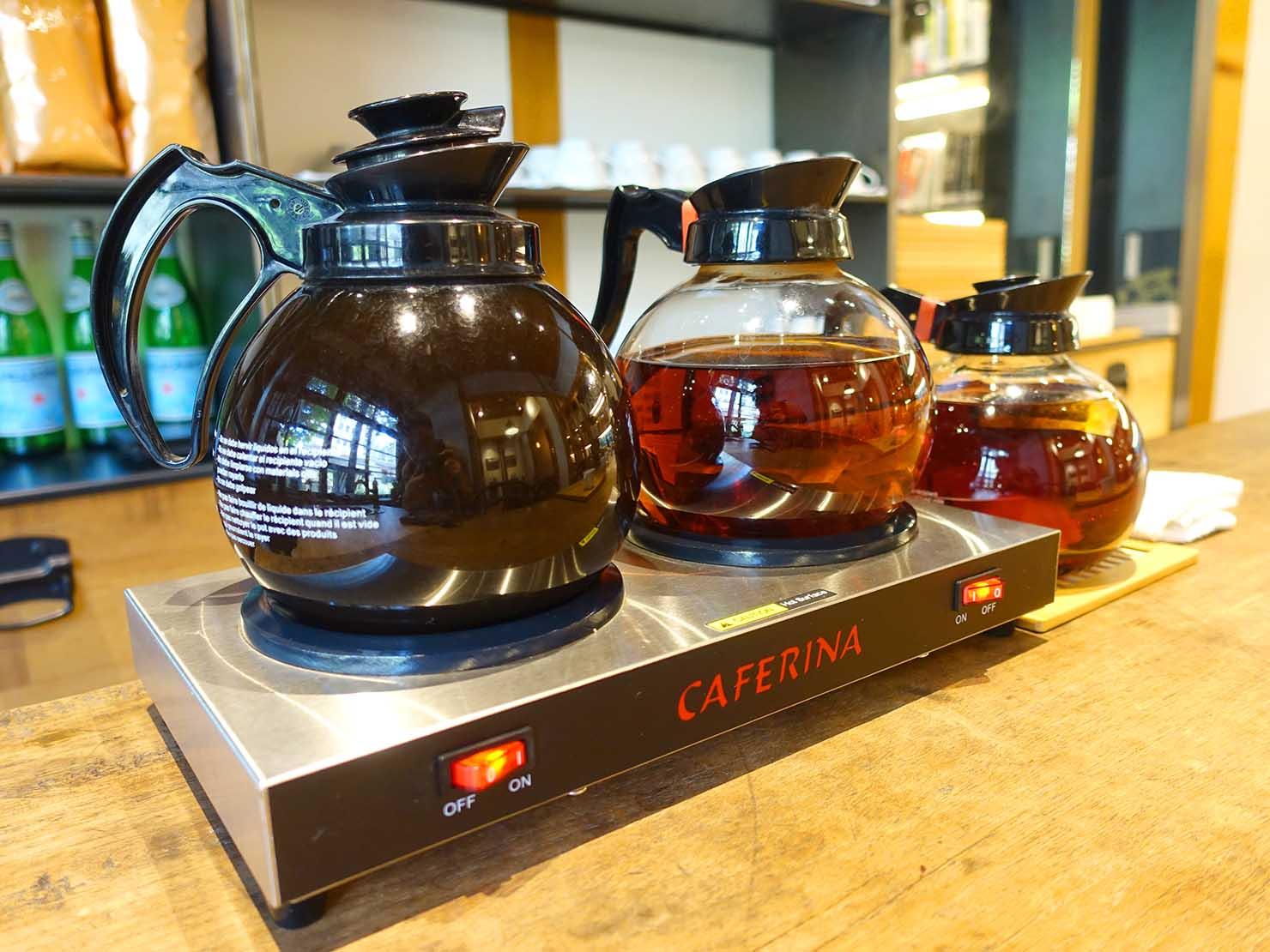 台北の街に佇む日本式古民家の図書館「文房 Chapter」のダイニングスペースに置かれたコーヒーと紅茶