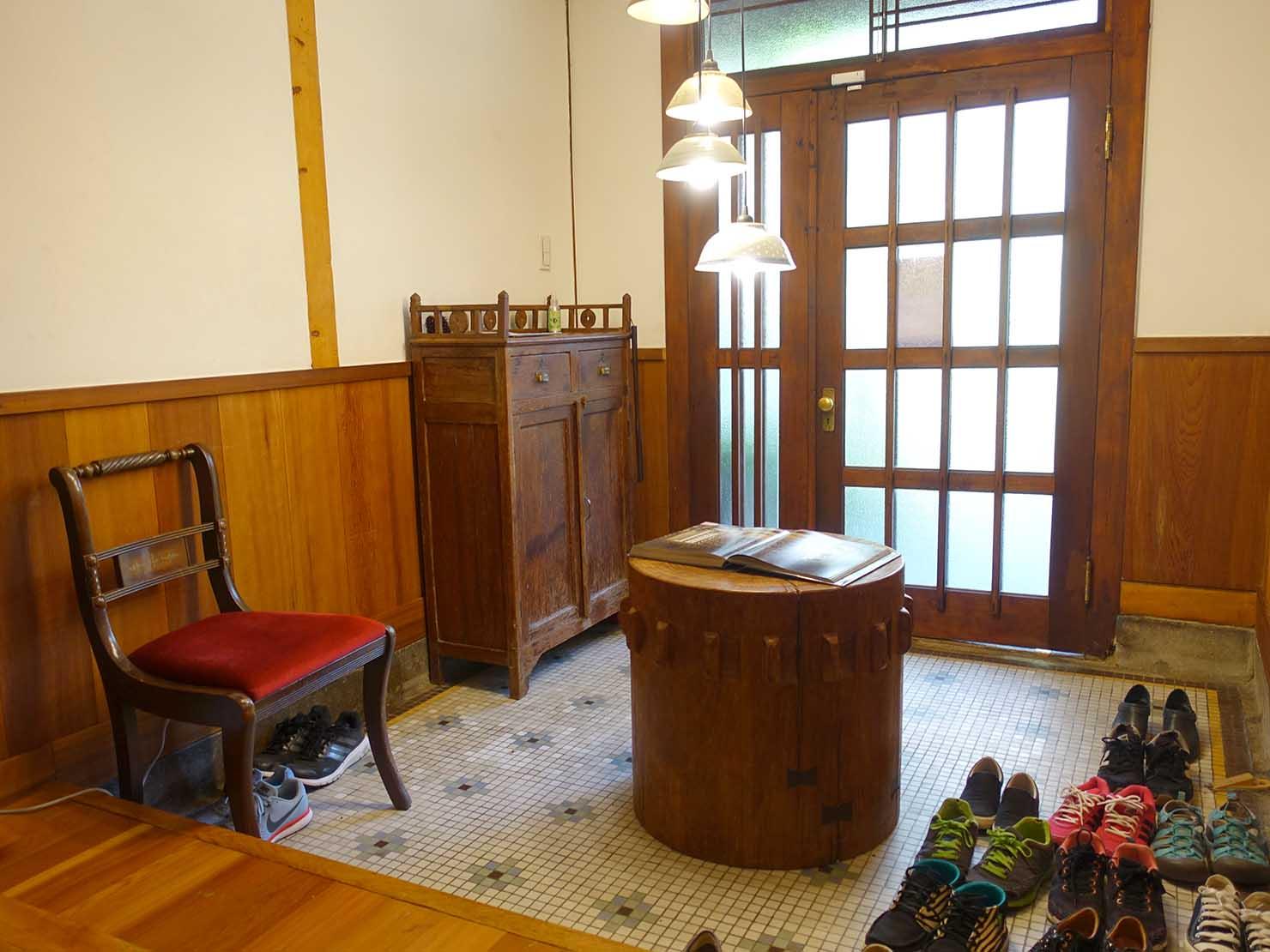 台北の街に佇む日本式古民家の図書館「文房 Chapter」の玄関