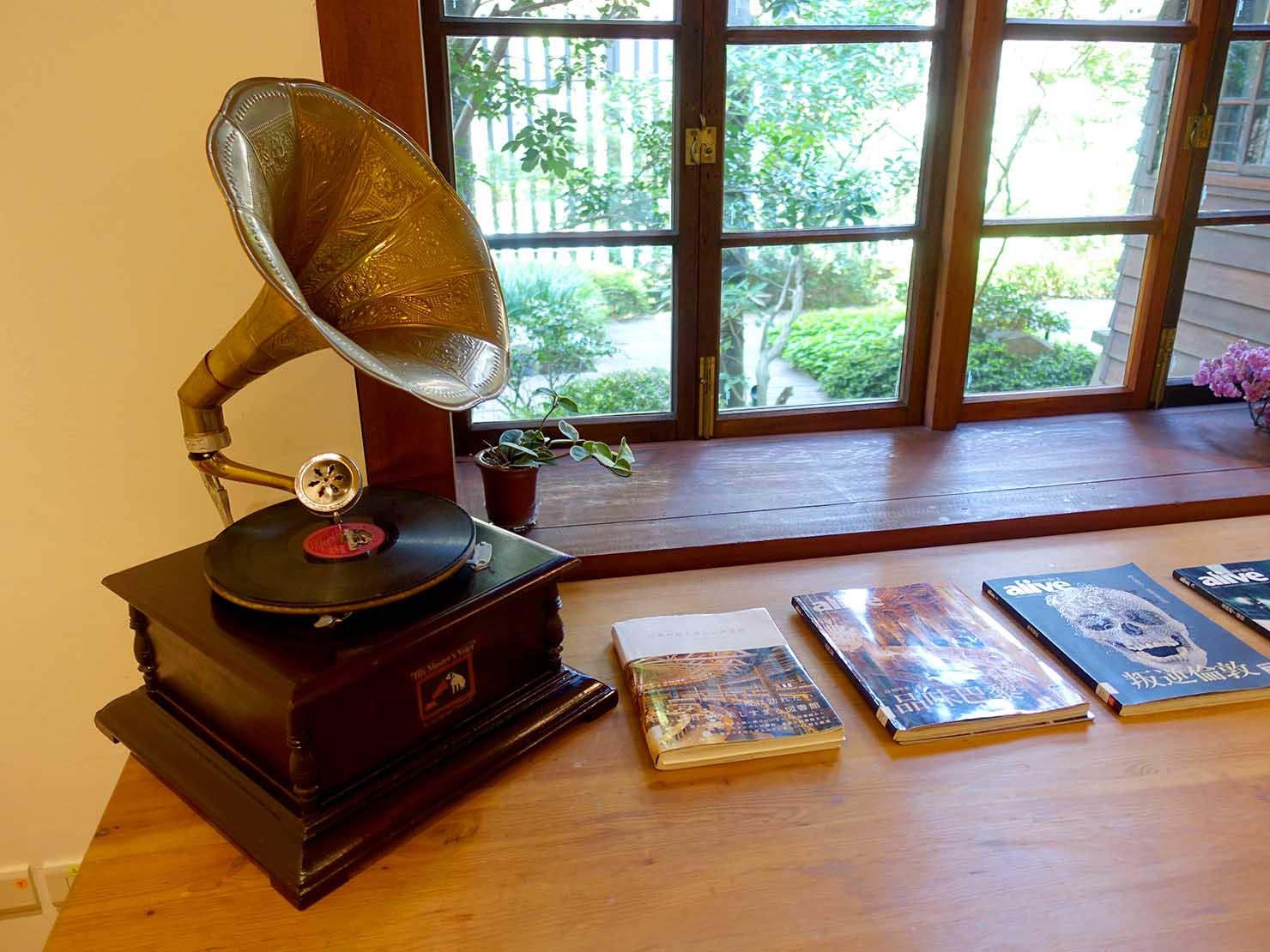 台北の街に佇む日本式古民家の図書館「文房 Chapter」に置かれたレコードプレーヤー