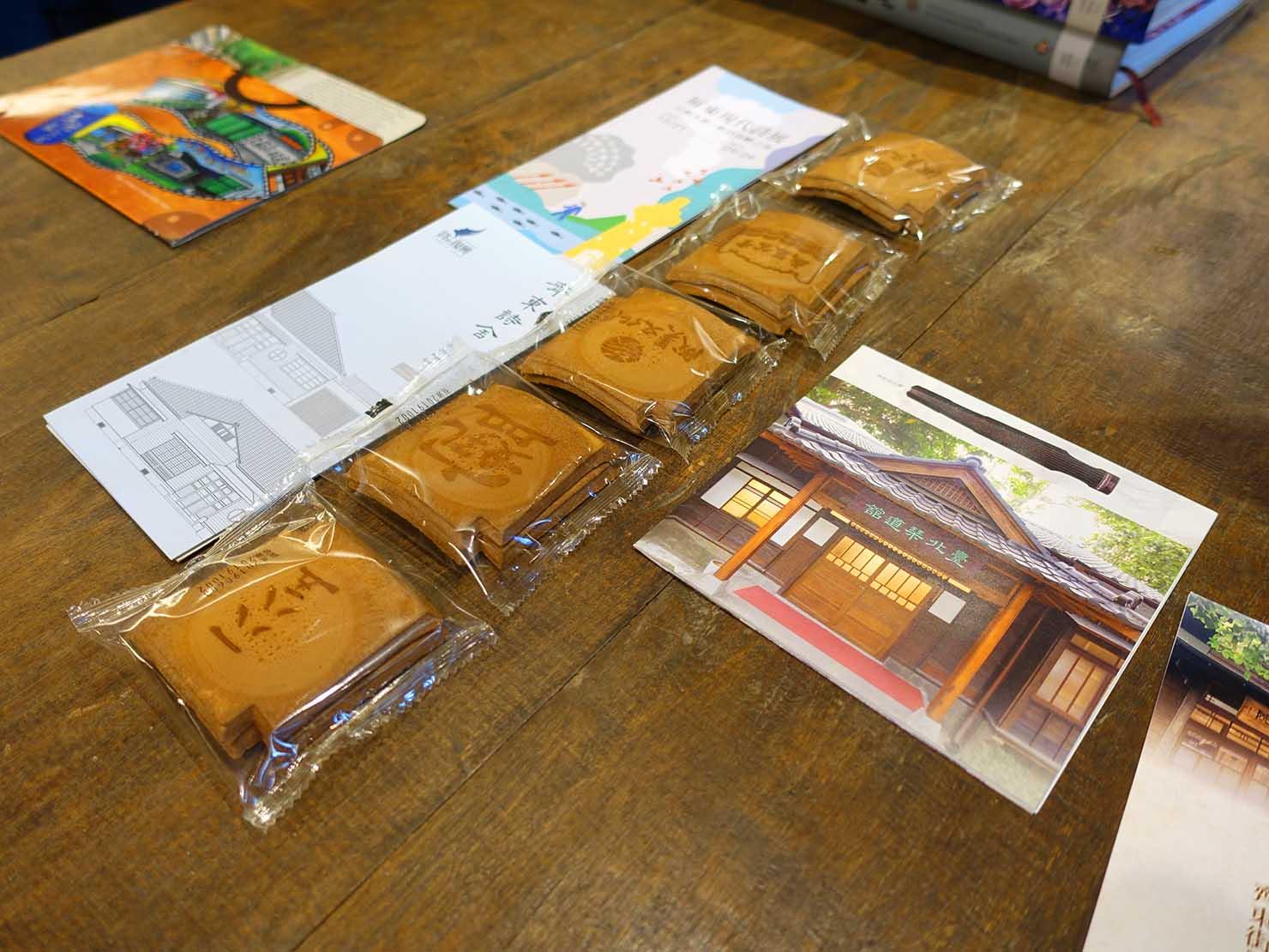 台北の街に佇む日本式古民家の図書館「文房 Chapter」の大テーブルに置かれたおせんべい