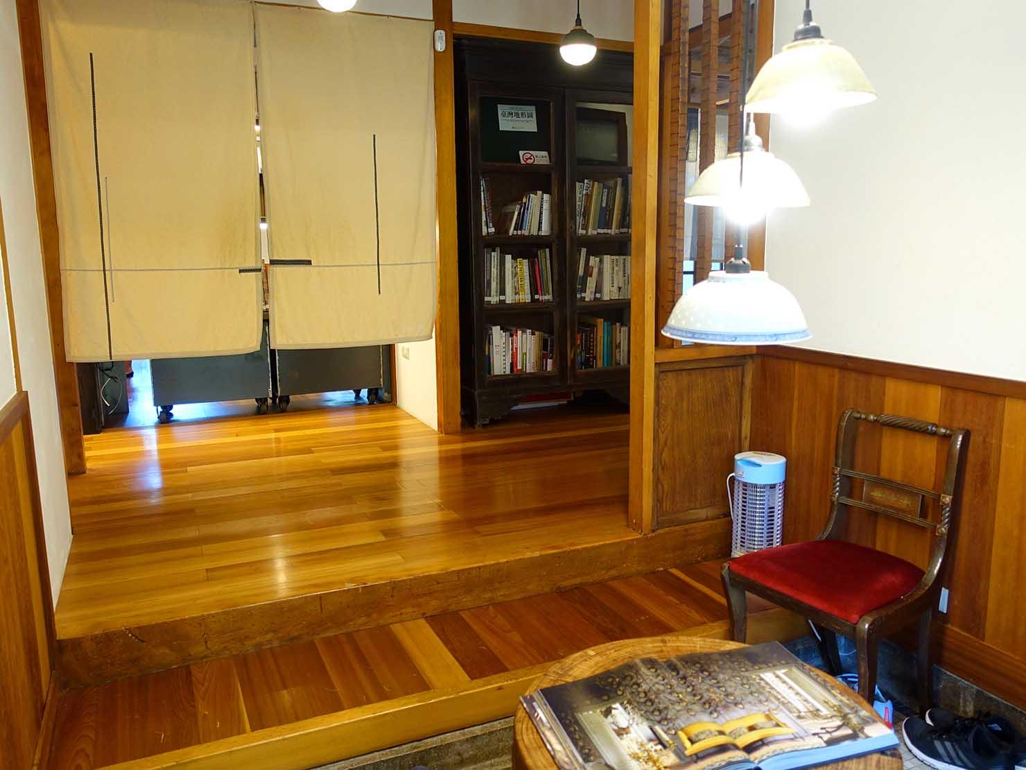 台北の街に佇む日本式古民家の図書館「文房 Chapter」の玄関から眺める館内