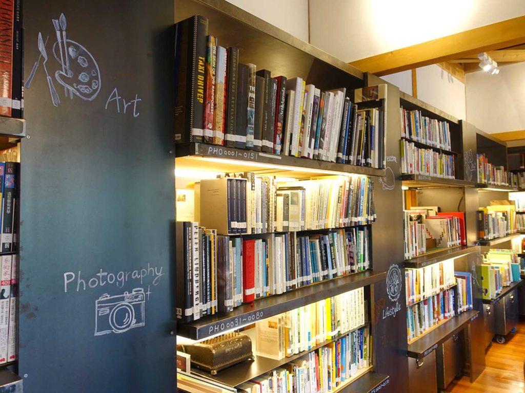 台北の街に佇む日本式古民家の図書館「文房 Chapter」の本棚