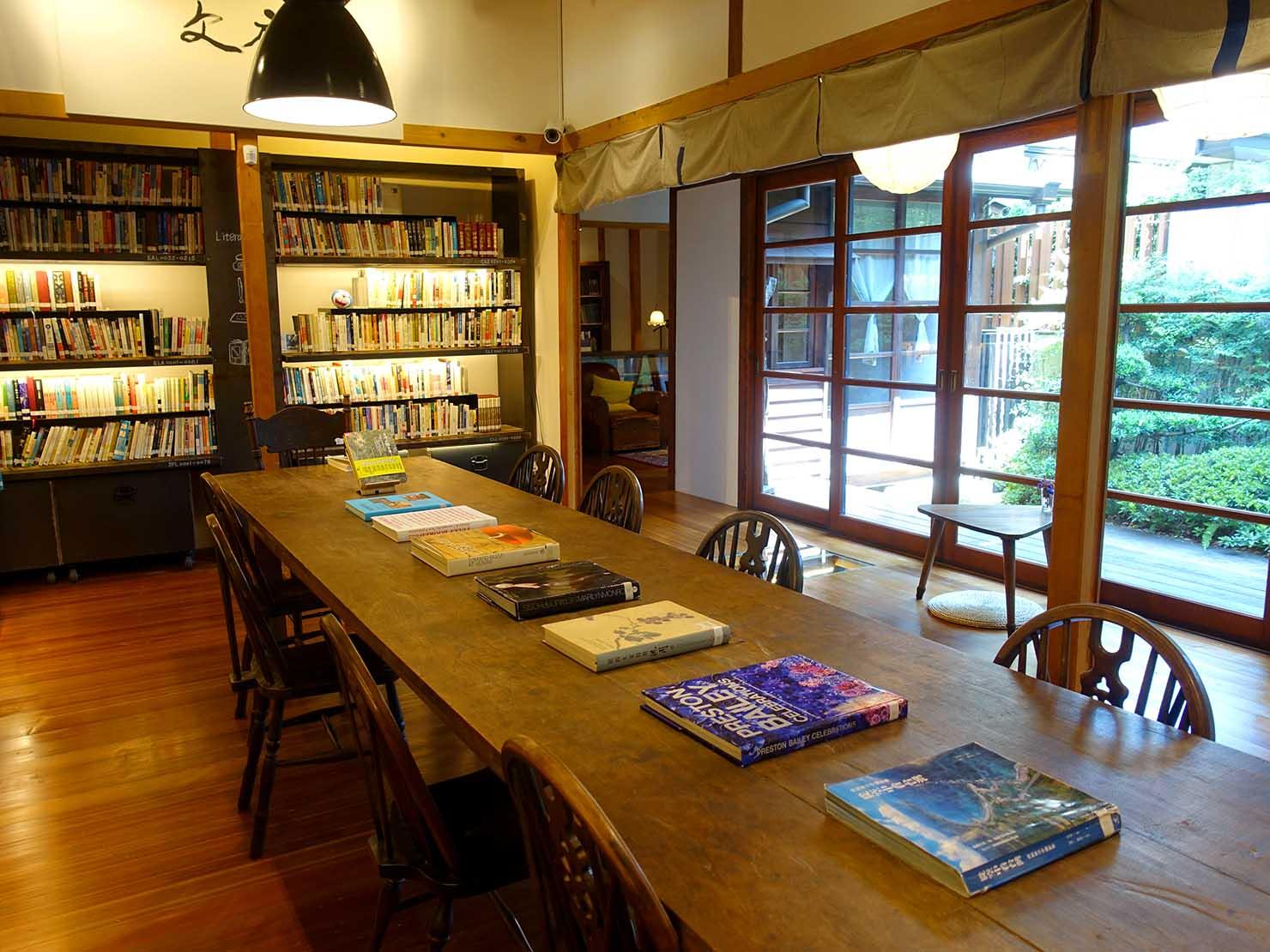 台北の街に佇む日本式古民家の図書館「文房 Chapter」のメイン読書スペース