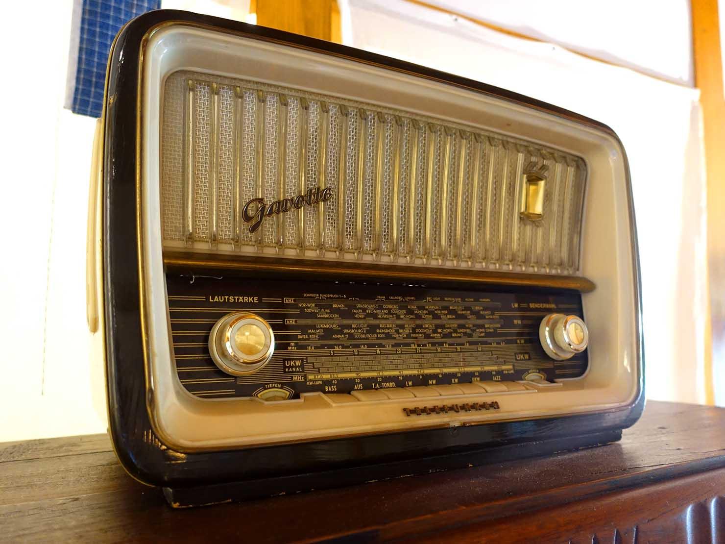 台北の街に佇む日本式古民家の図書館「文房 Chapter」に置かれた古いラジオ