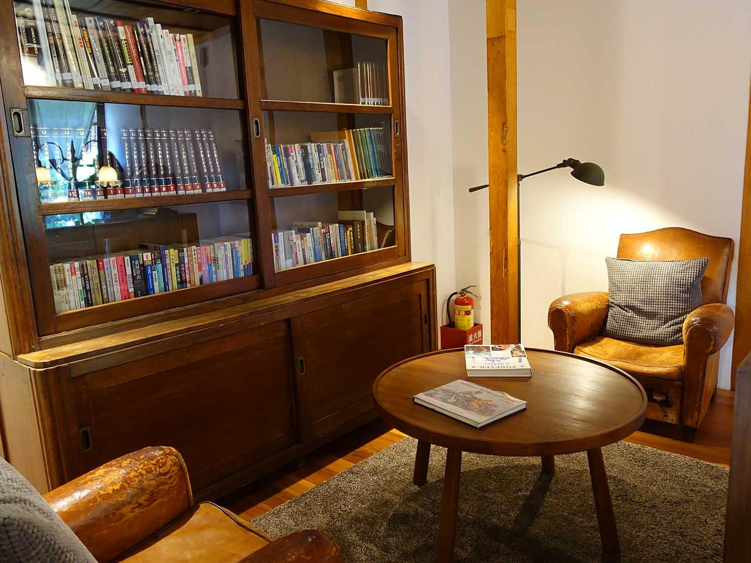 台北の街に佇む日本式古民家の図書館「文房 Chapter」の1人がけソファと本棚