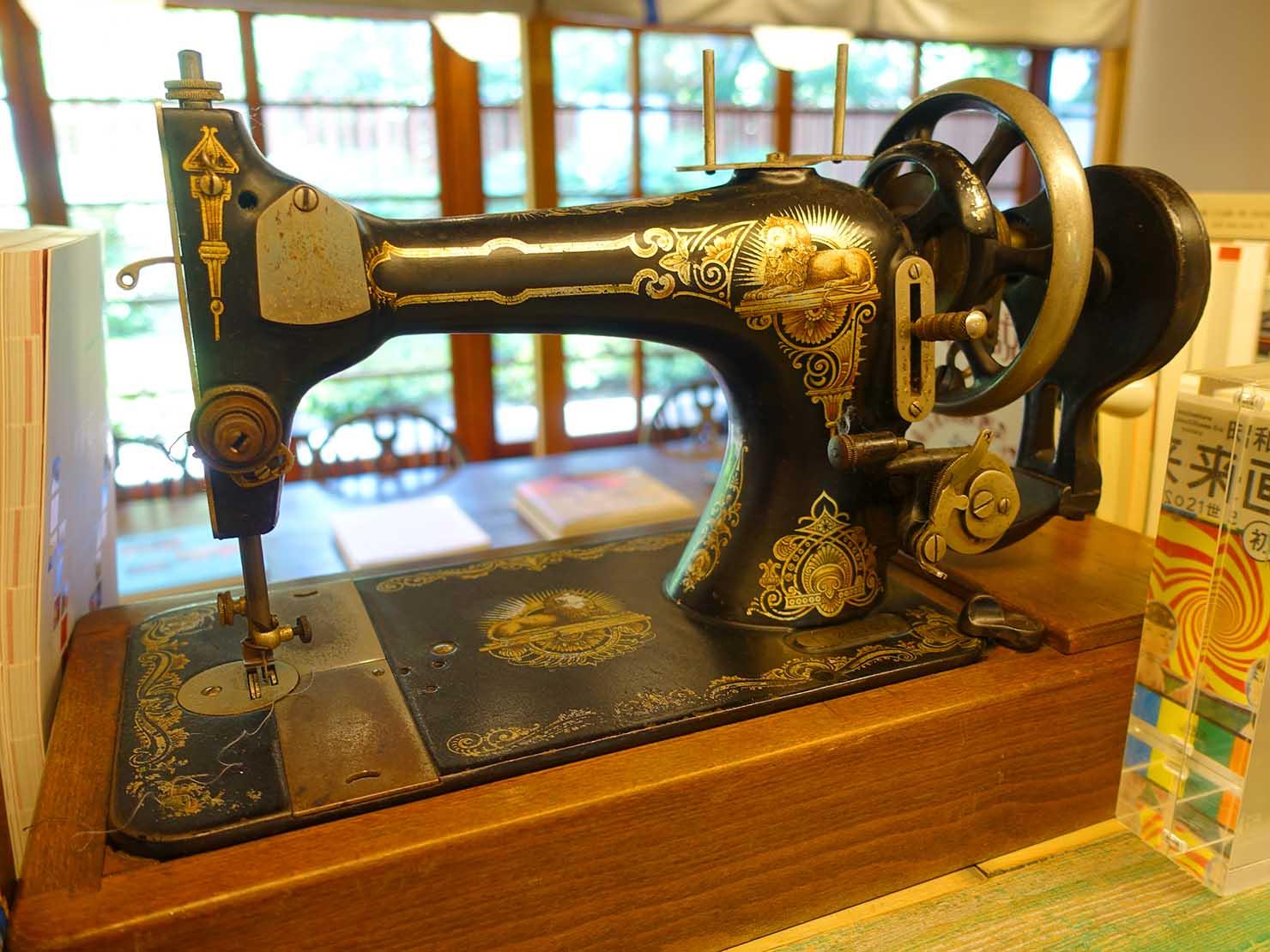 台北の街に佇む日本式古民家の図書館「文房 Chapter」に置かれた古いミシン
