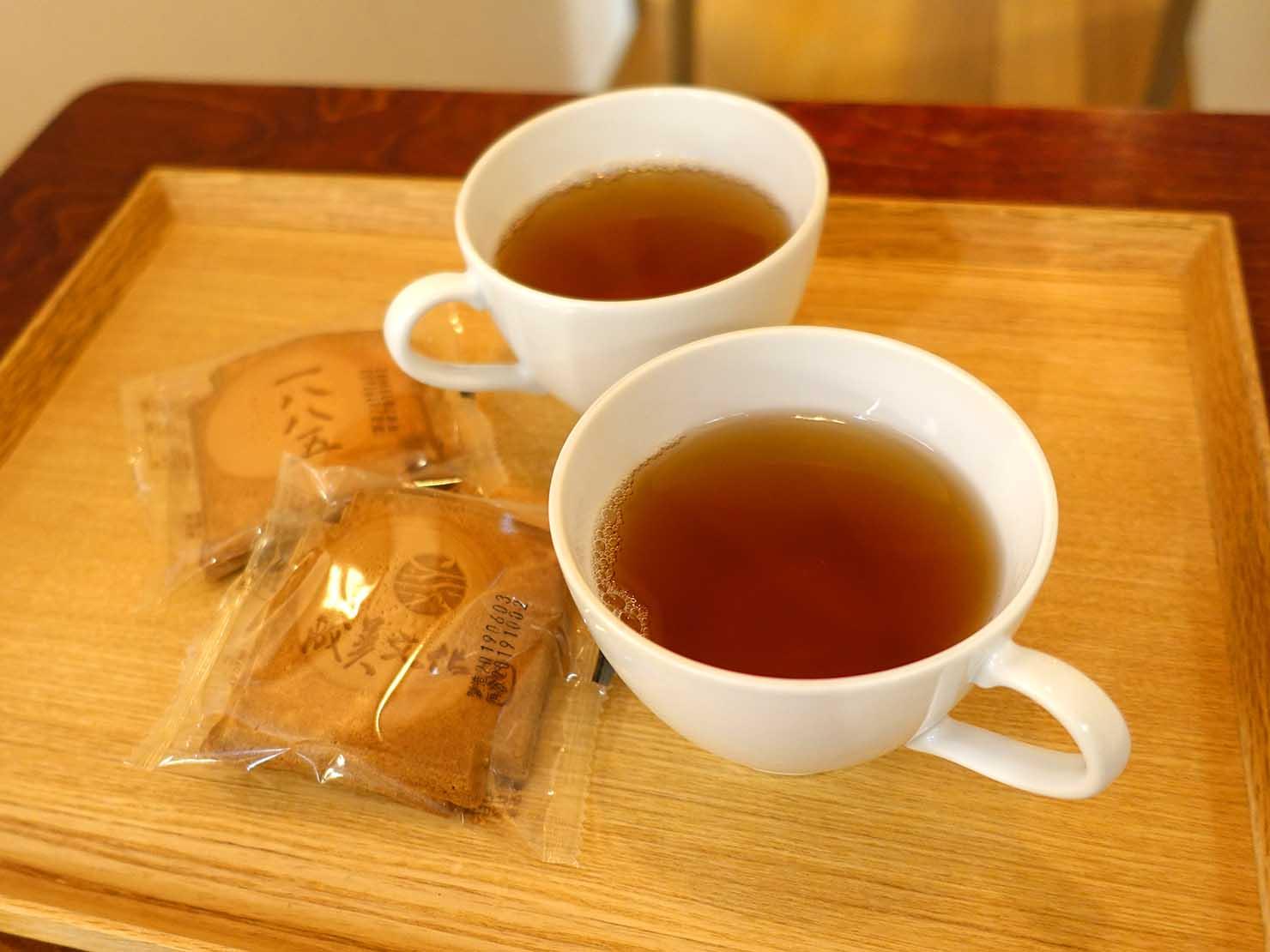 台北の街に佇む日本式古民家の図書館「文房 Chapter」でふるまわれたお茶とお菓子