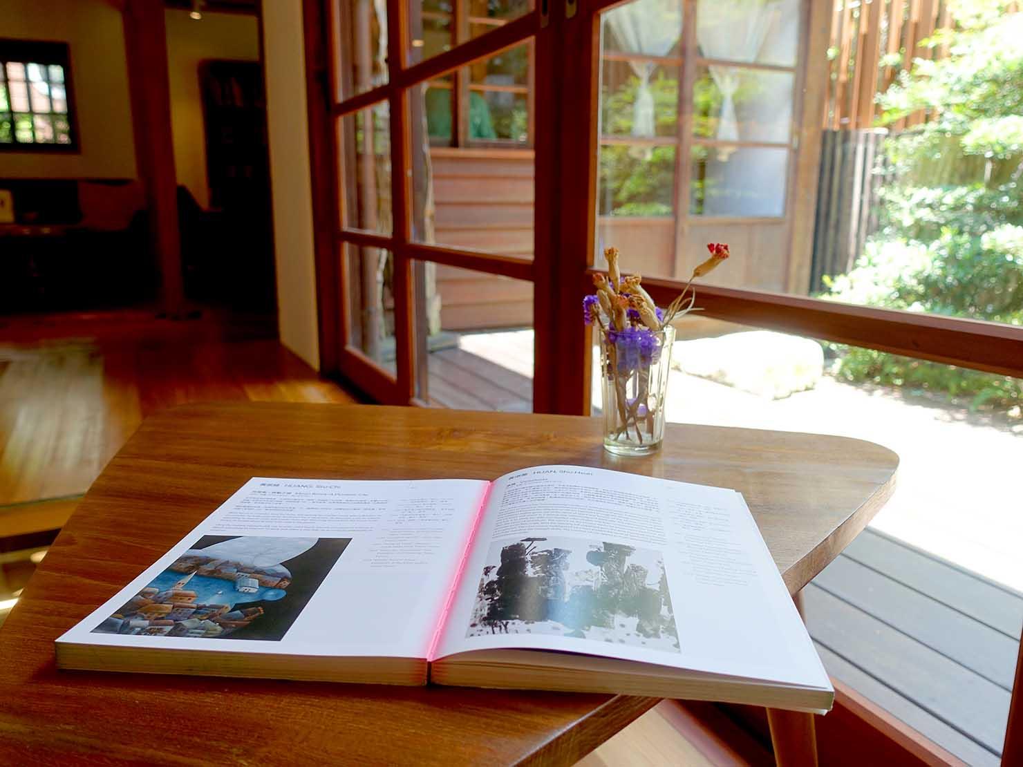 台北の街に佇む日本式古民家の図書館「文房 Chapter」の縁側で読書