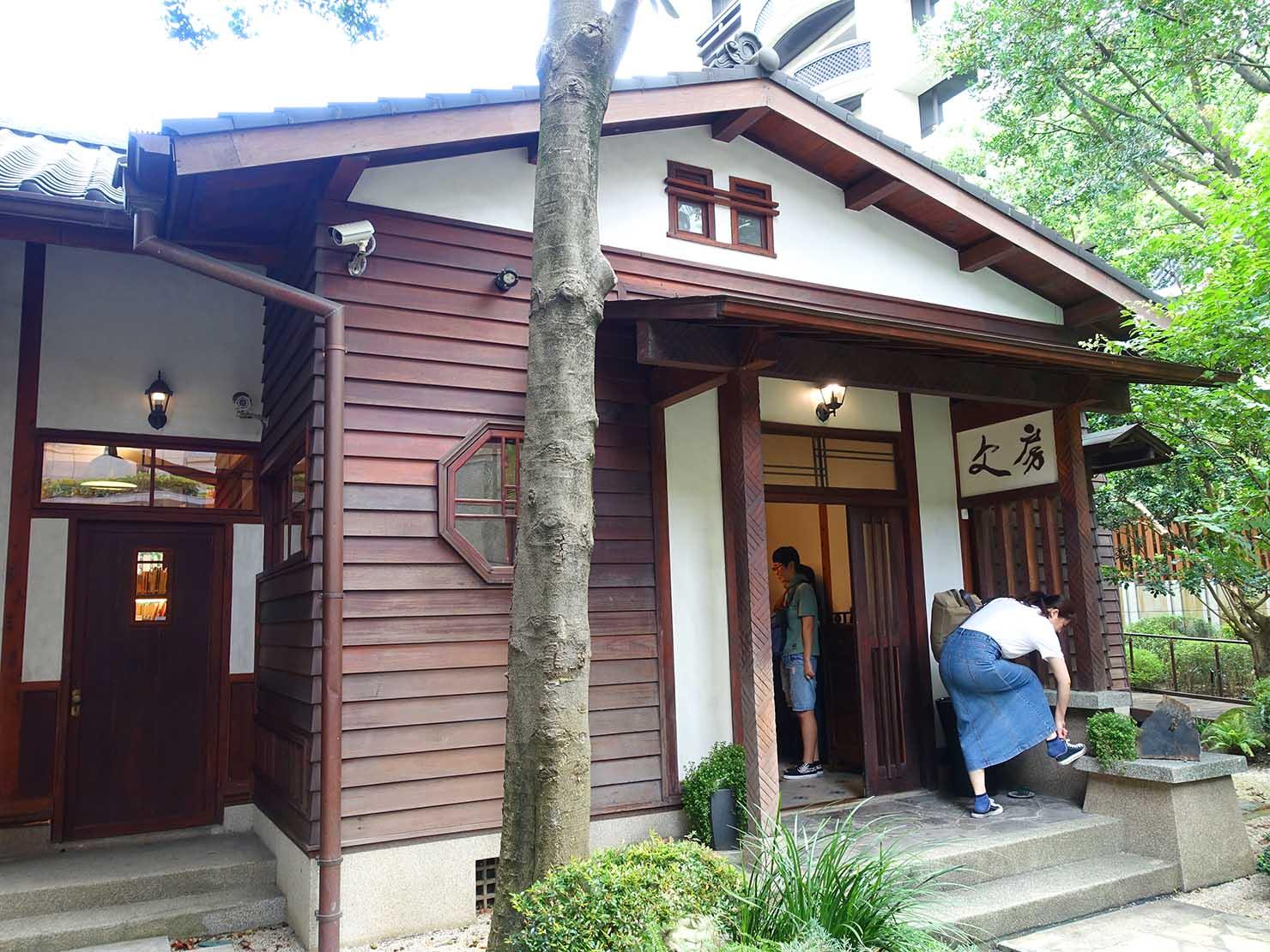 台北の街に佇む日本式古民家の図書館「文房 Chapter」の玄関前