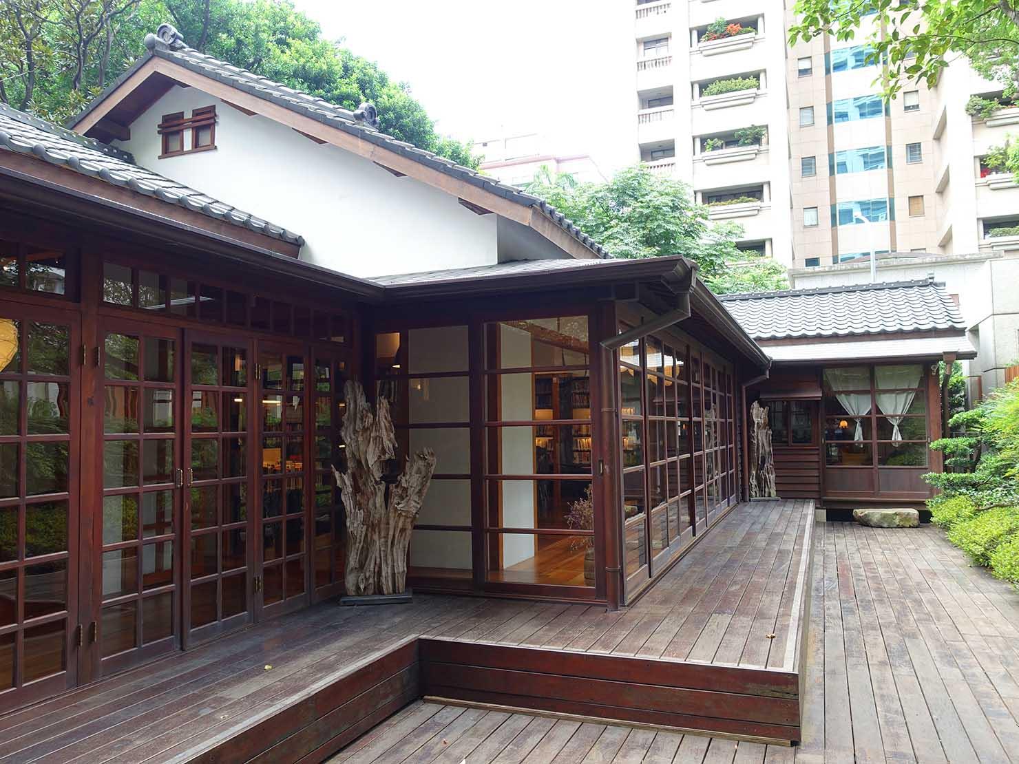 台北の街に佇む日本式古民家の図書館「文房 Chapter」の裏庭