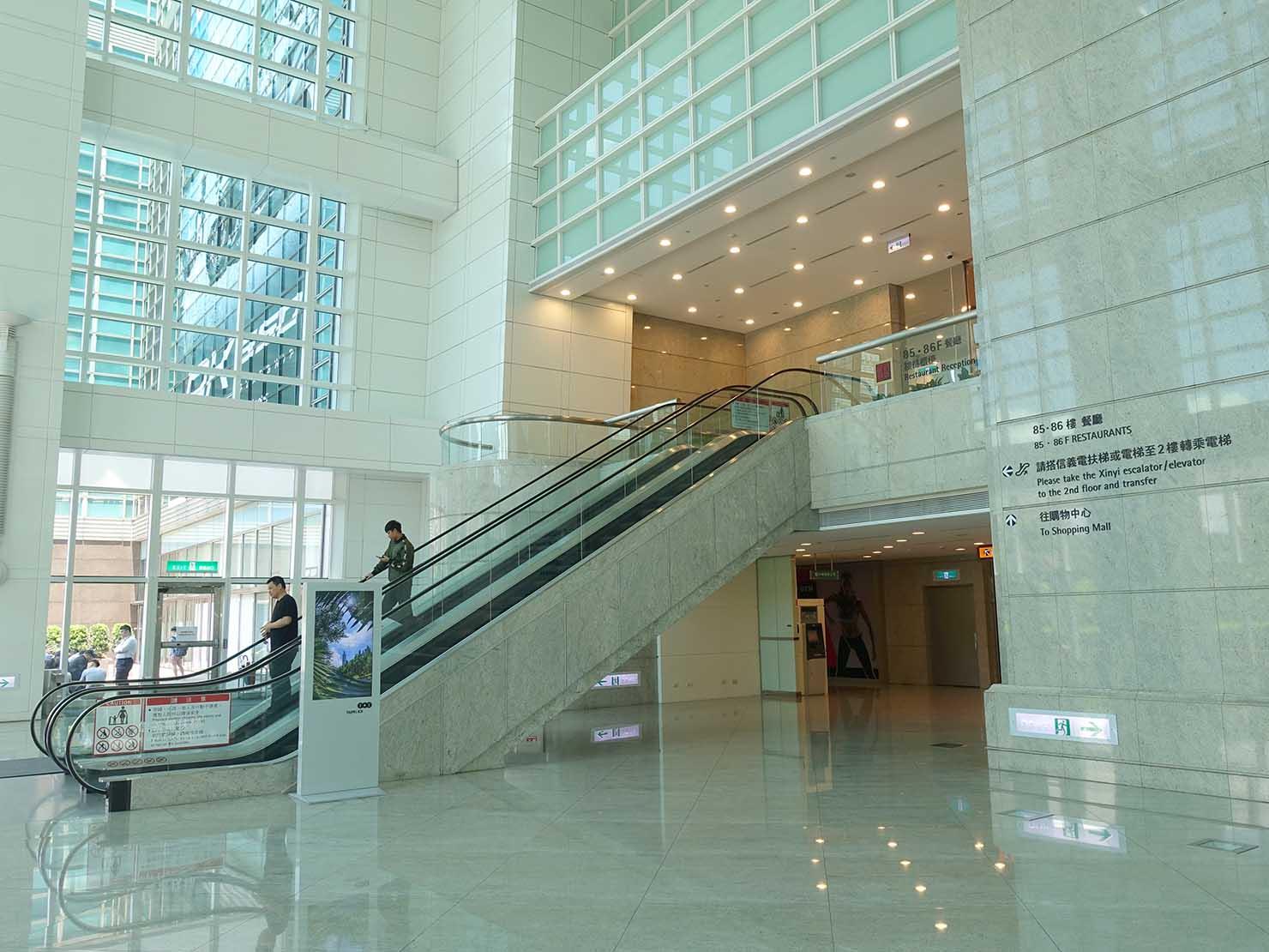 台北101のオフィスエリアのエントランスにあるエスカレーター