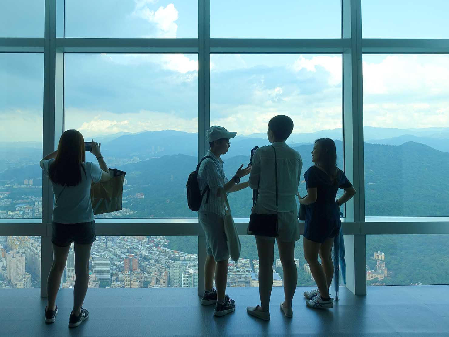台北101展望台から景色を楽しむ人々