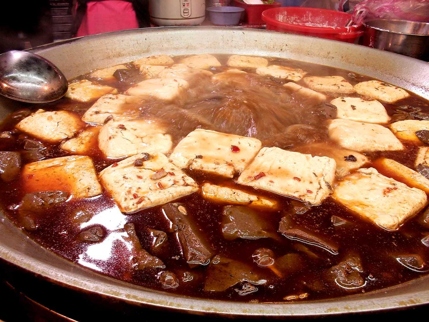 台湾夜市の定番グルメ「臭豆腐」煮込みタイプ