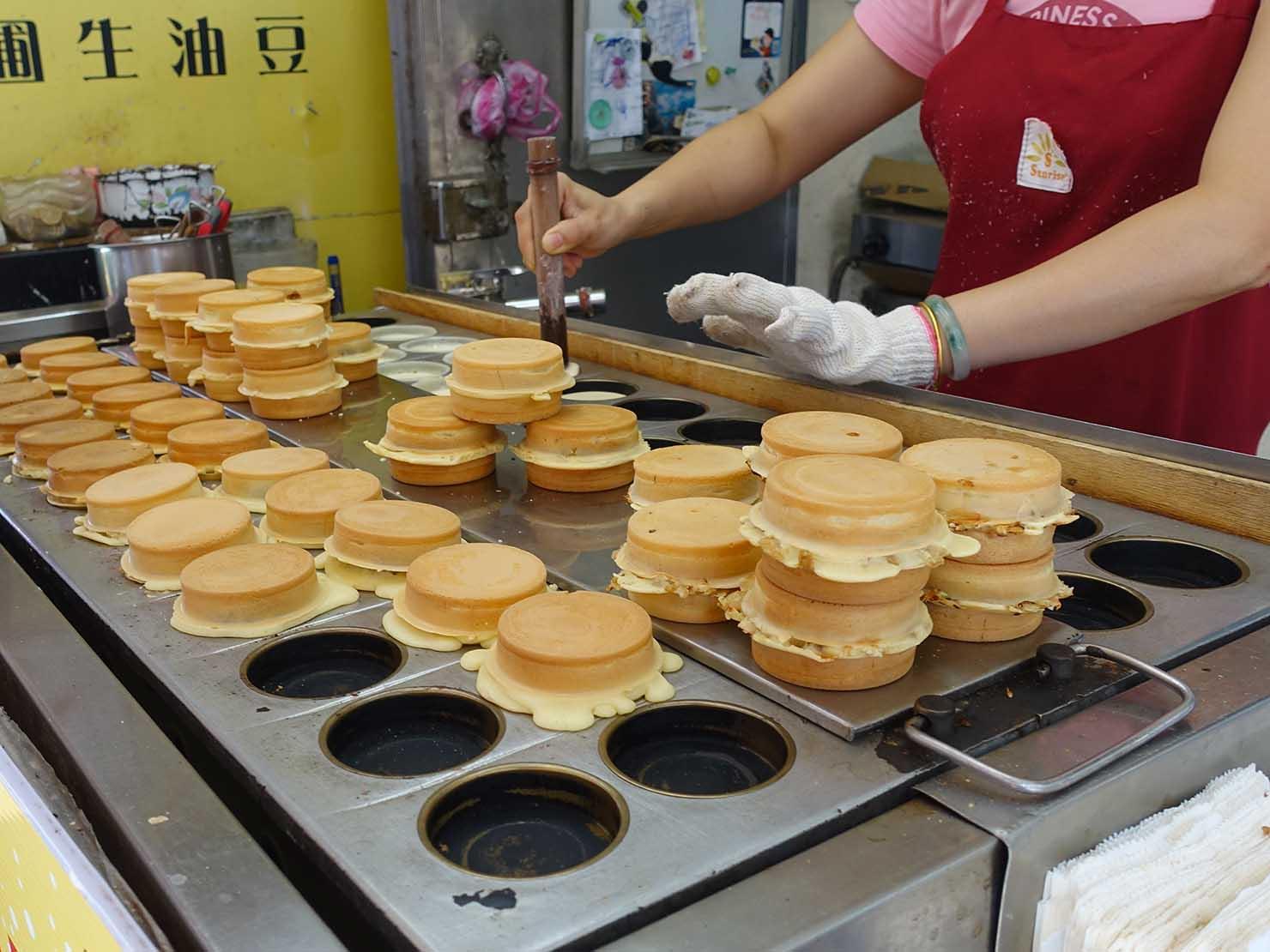 台北・忠孝新生駅周辺のおすすめグルメ店「光華紅豆餅」の店頭で焼き上げられた紅豆餅たち