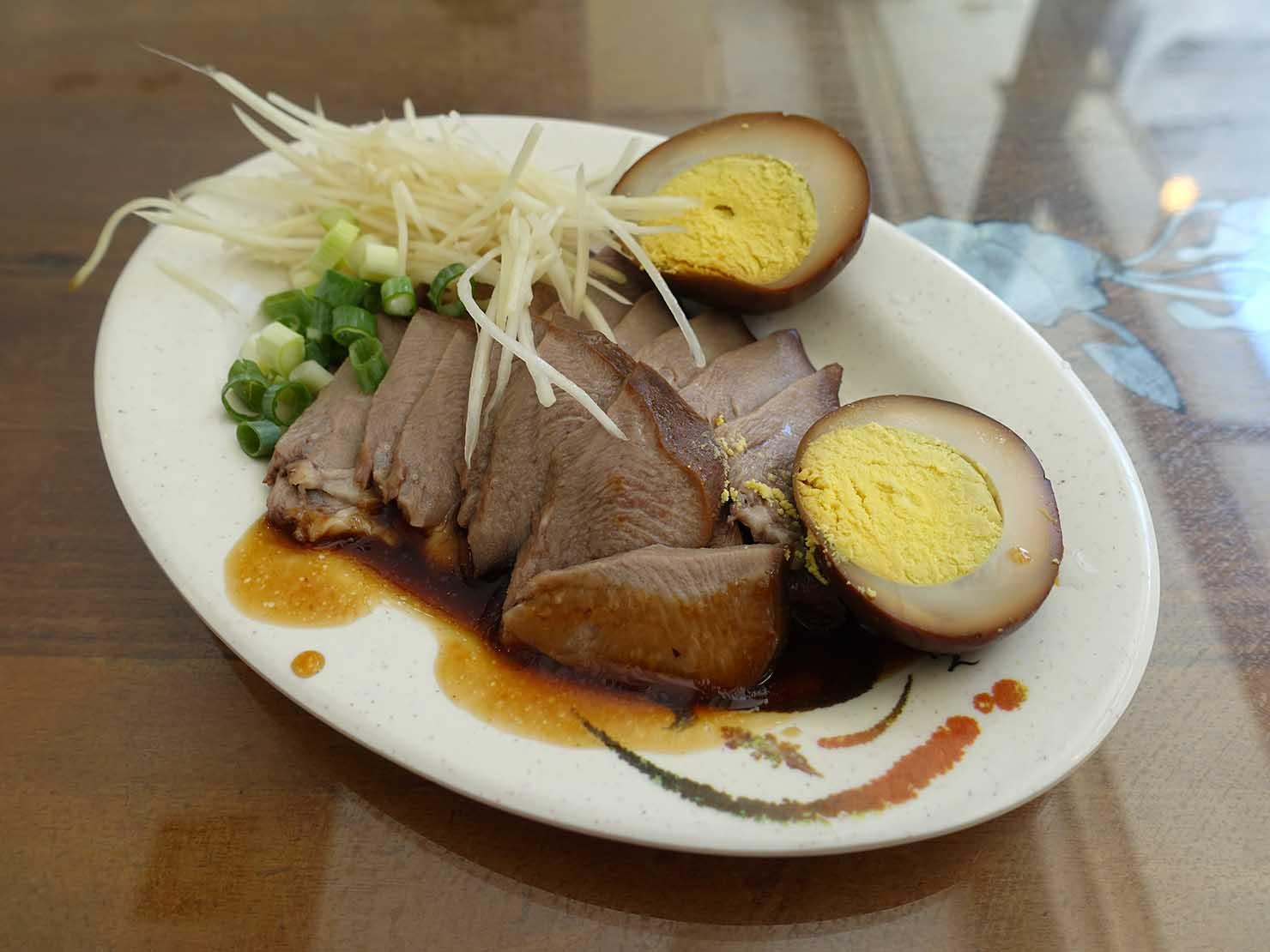 台北・忠孝新生駅周辺のおすすめグルメ店「名前のない臨沂街の麺店」の豬舌&滷蛋
